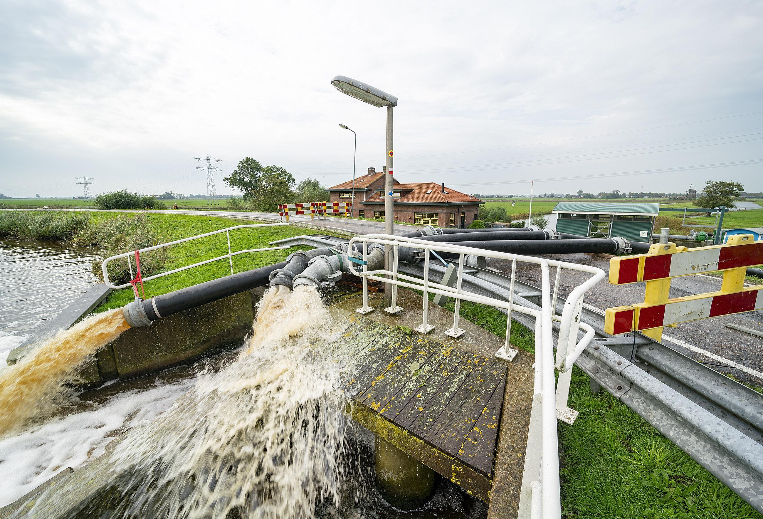 Op hoofdkantoor van waterschap in Heerhugowaard is er elke dag crisisoverleg vanwege wateroverlast in Noord-Holland