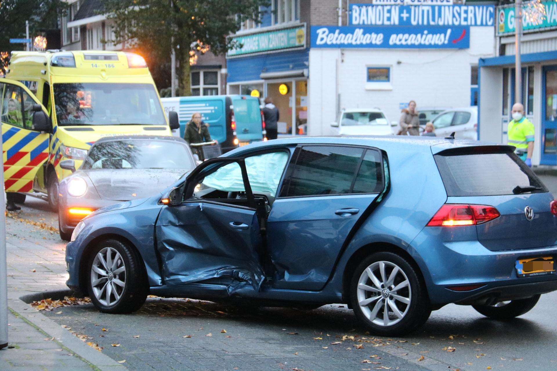 Porsche klapt op auto in Bussum. Niemand gewond, ook niet de inzittende kinderen. Wel een flinke file