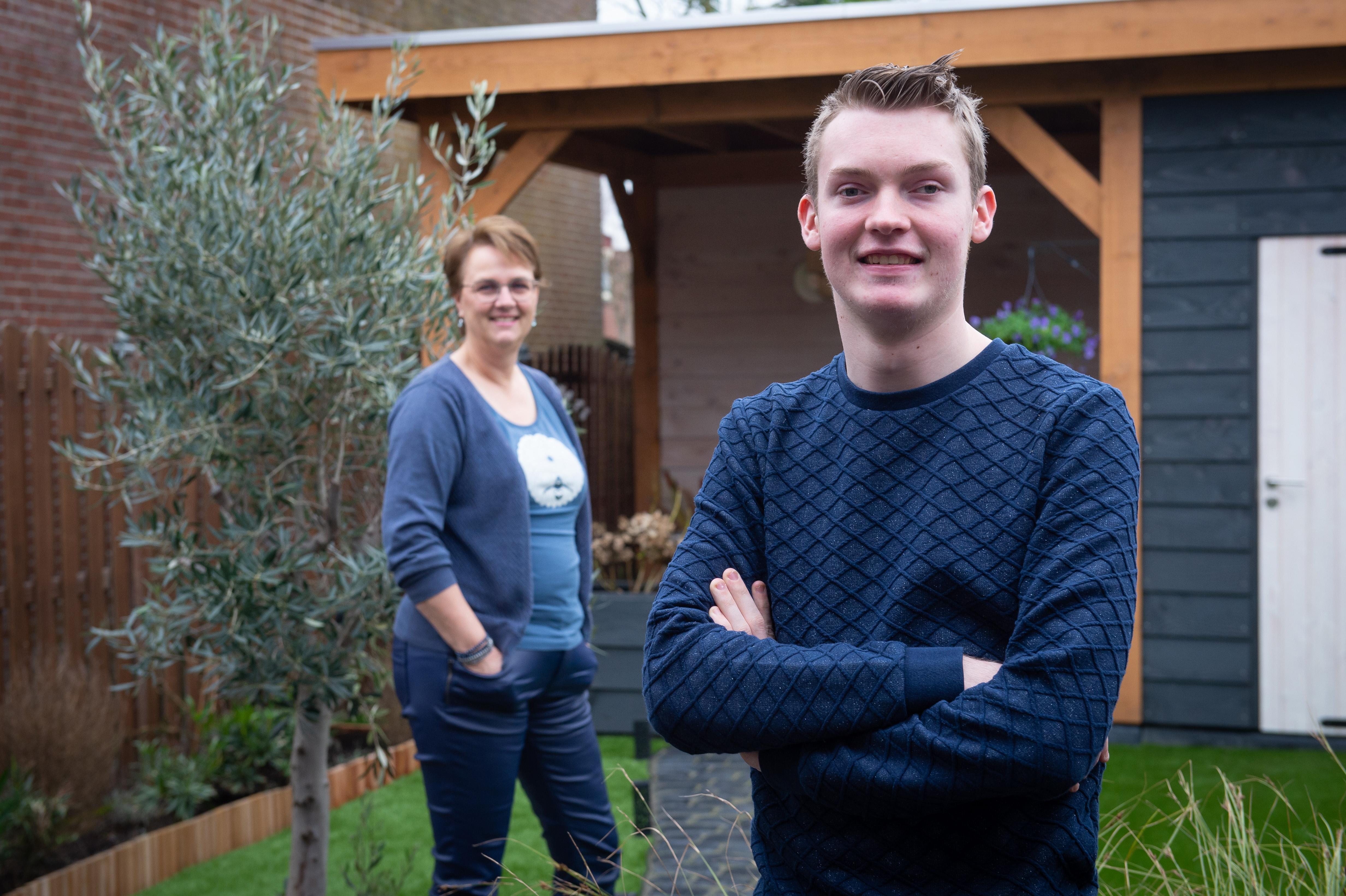 Coach Anita van Floor Jongerencoaching helpt kwetsbare jongeren op weg, zoals de bijna blinde Mike uit Assendelft die bakker wilde worden. 'Ik heb een jaarcontract gekregen'