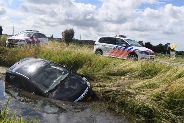 Auto belandt in sloot na inhaalmanoeuvre in Hoogmade