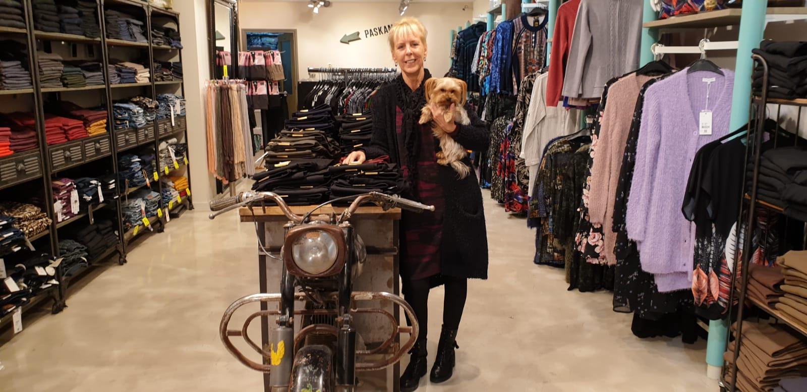 Mariëlle Hekers stopt met pijn in het hart haar modezaak Jellie's Fashion in Enkhuizen : 'Ik weet dat ik een harde tante ben, maar er zijn grenzen. Mijn lijf wil niet meer'