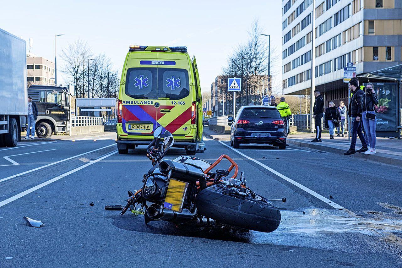 Motorrijder maakt wheelie en veroorzaakt ongeluk in Hoofddorp, rijbewijs ingenomen