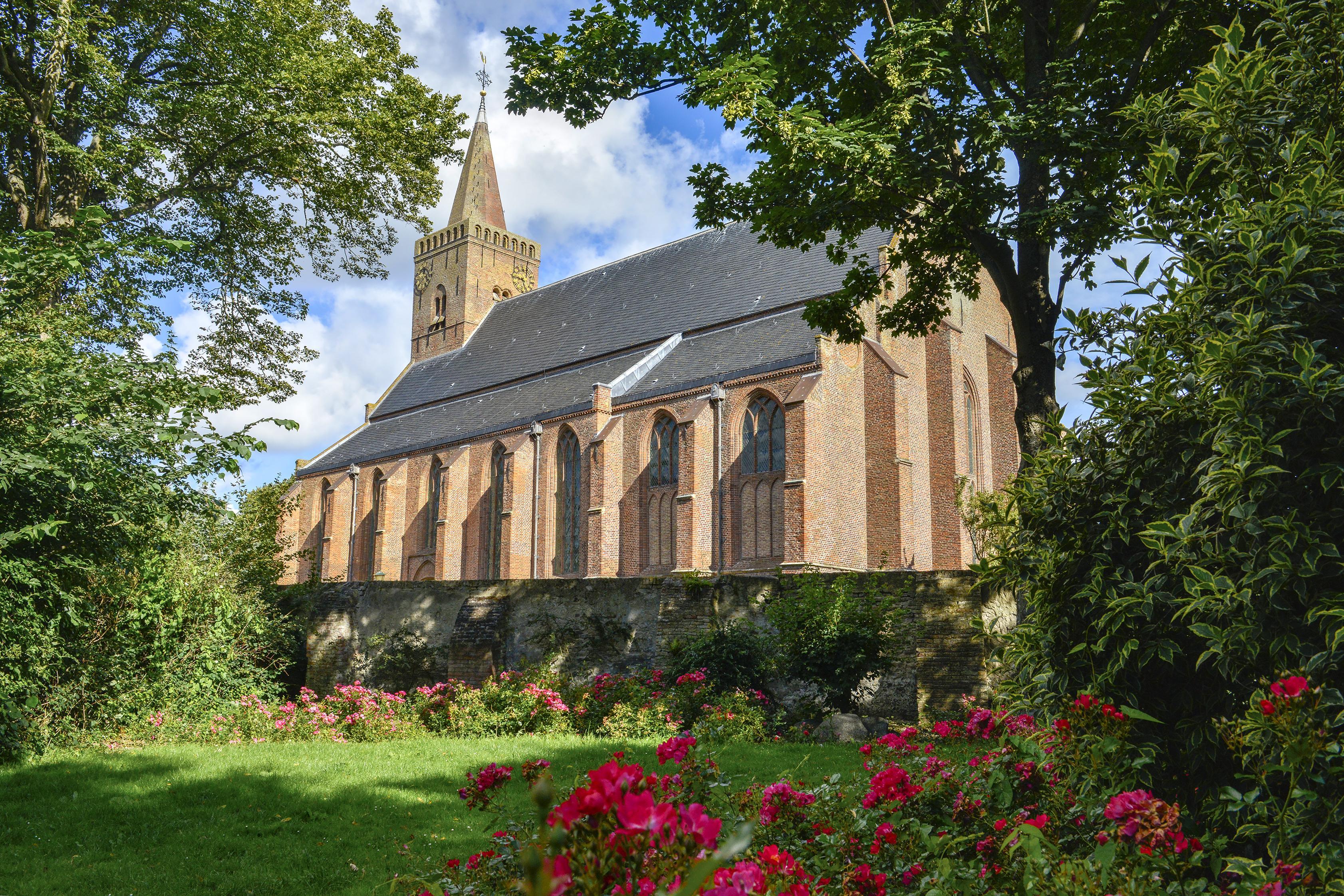 Wat schuilt er onder dat houten luik in de vloer van de Nederlands Hervormde kerk in Den Burg?