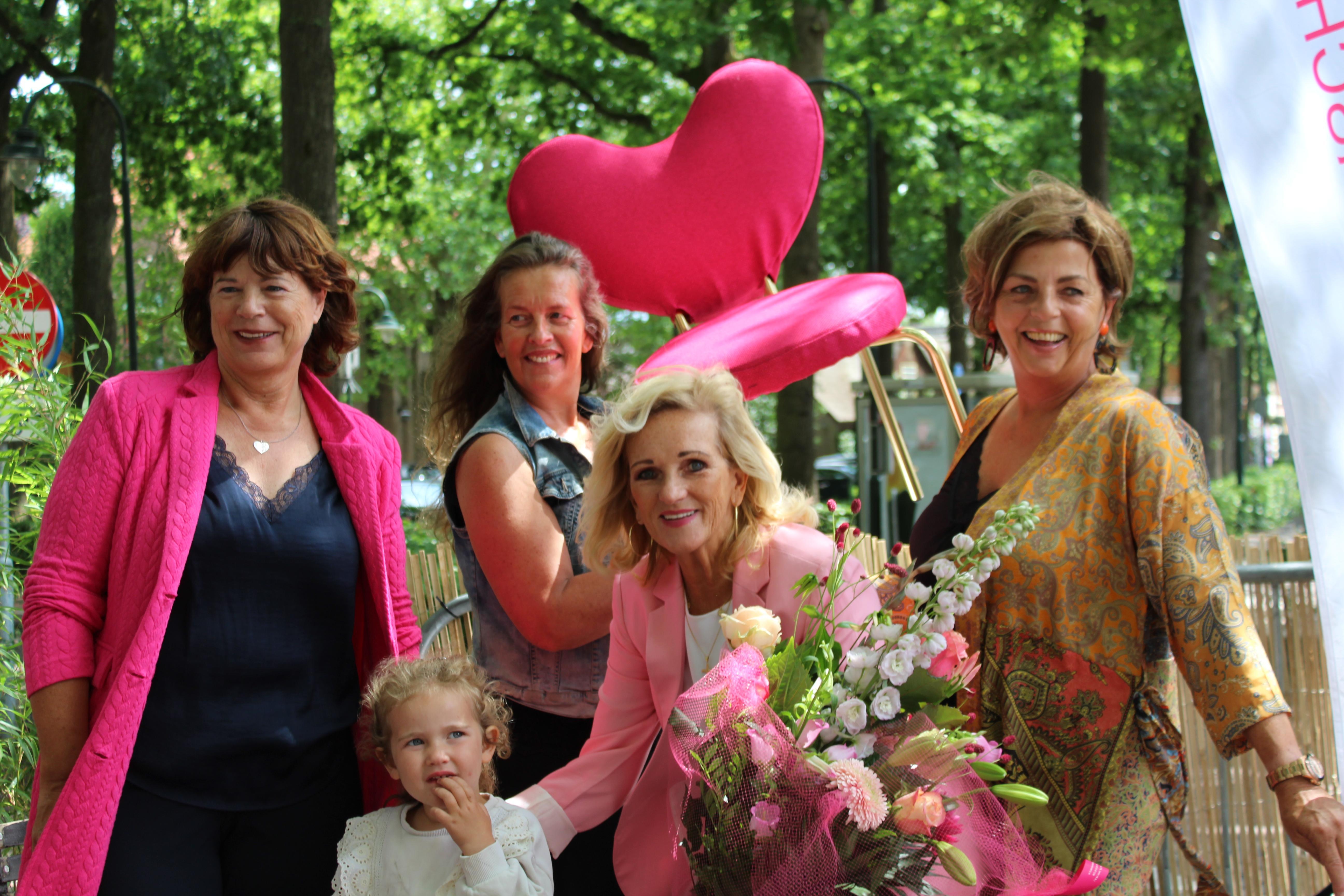 Tineke geeft liefde door via hartestoeltje van Des Bouvrie. Roze Love It Chair voor Samen Varen