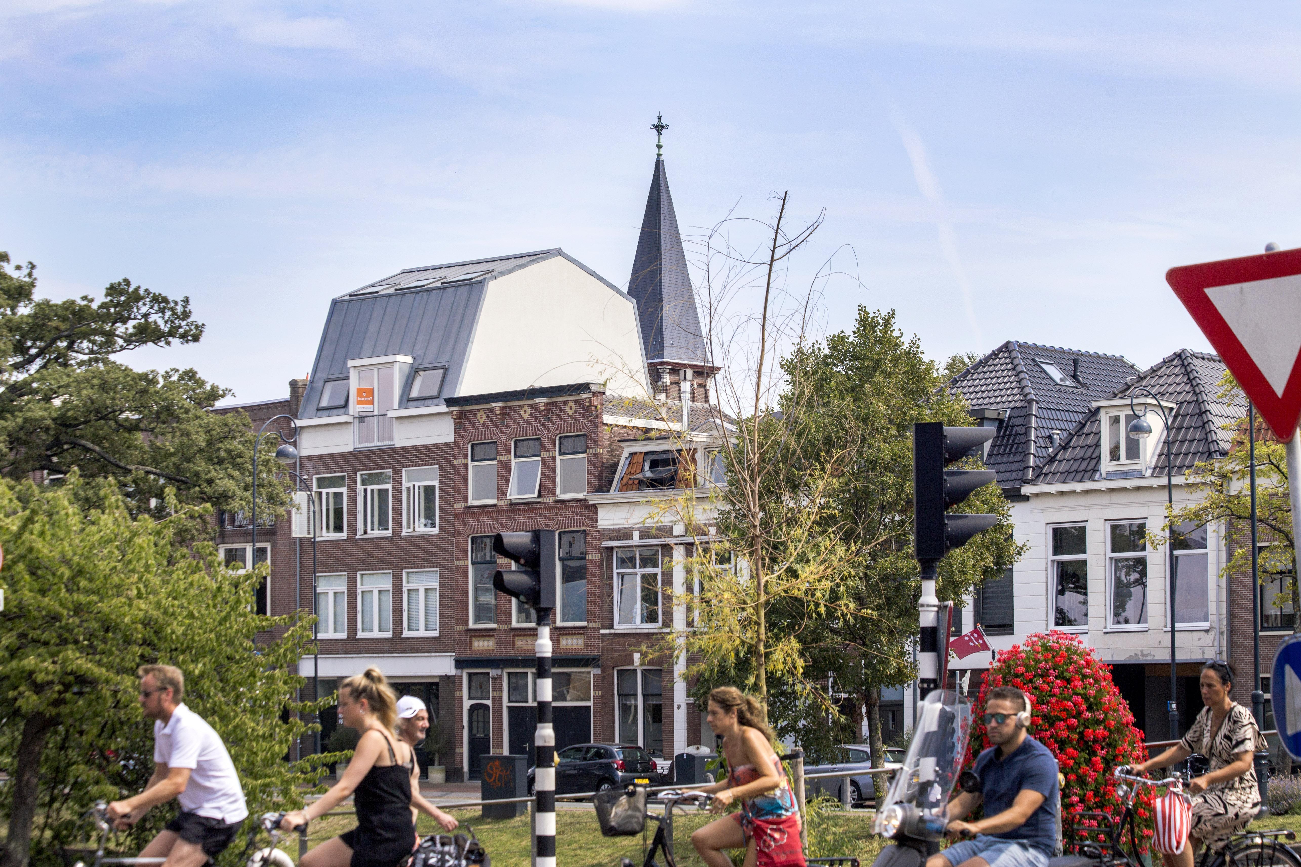 Beroering in Haarlemse hofjes: gemeente laat monumentale stad verdwijnen achter lelijke dakopbouwen