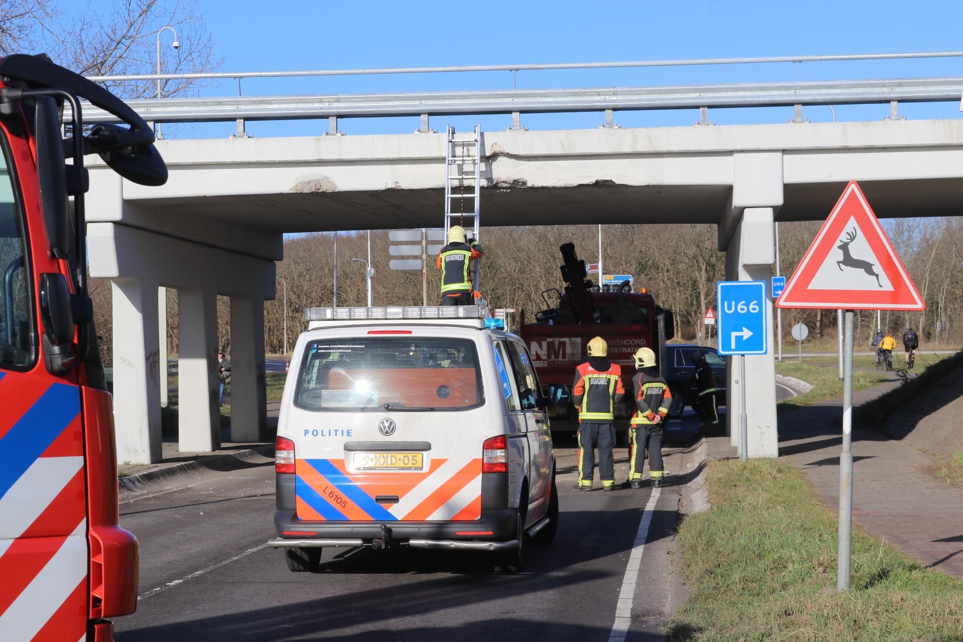 Kiepwagen ramt viaduct in Noordwijkerhout; Ruigenhoekerweg en Delfweg zijn afgesloten voor verkeer