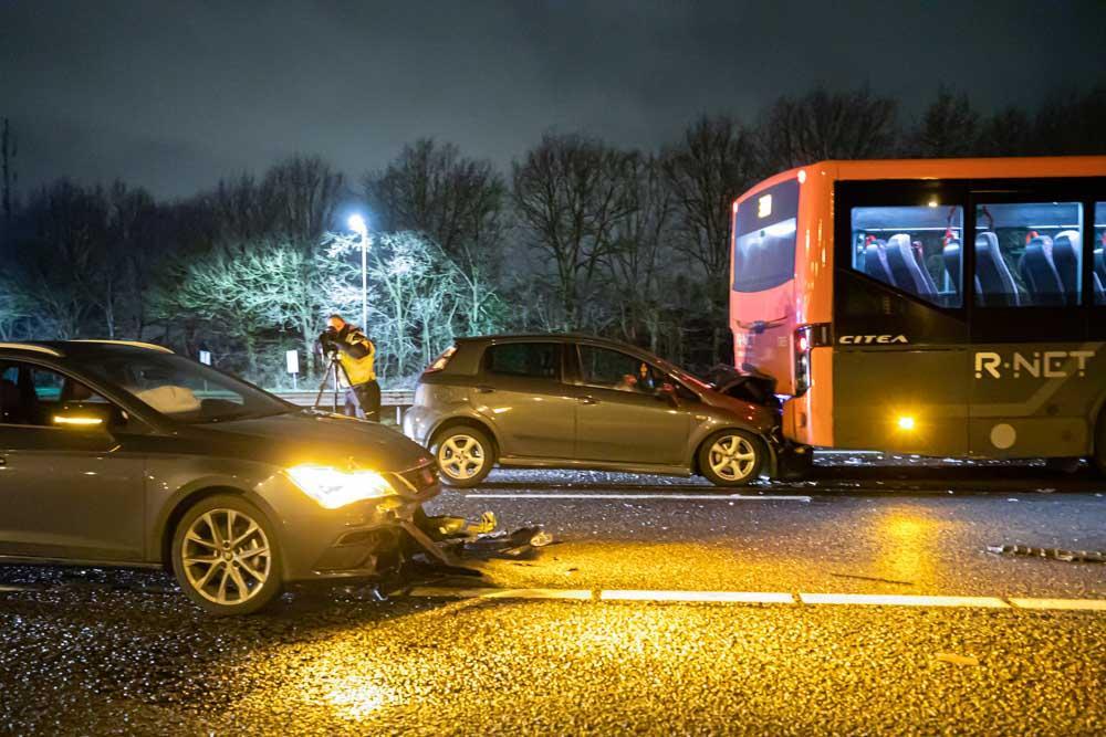 Kettingbotsing met lijnbus op A27, een automobilist met spoed naar ziekenhuis