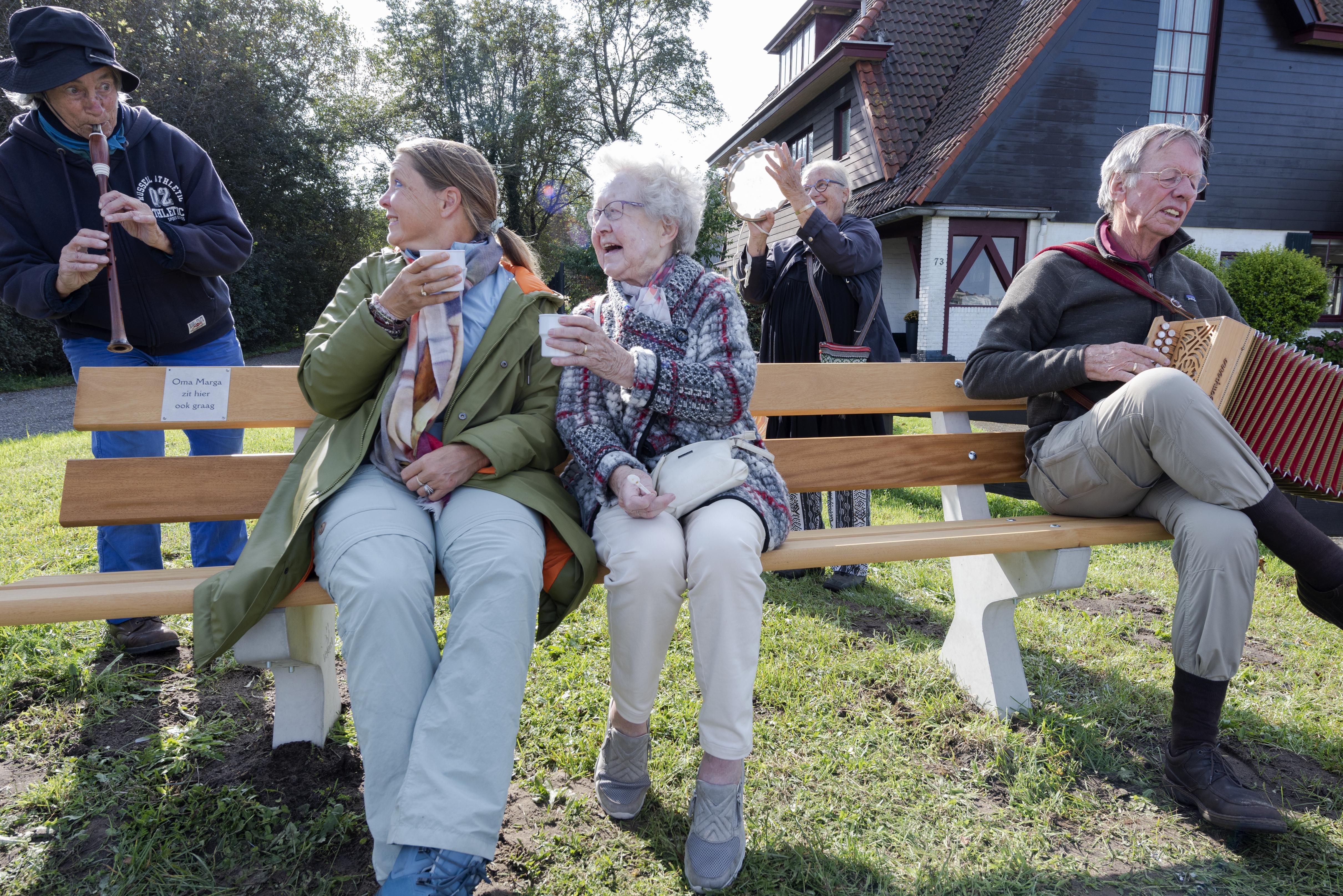 Voor het eerst op het Oma Marga-bankje: 'Oma, geweldig dat u altijd met ons naar Wijk aan Zee gaat'