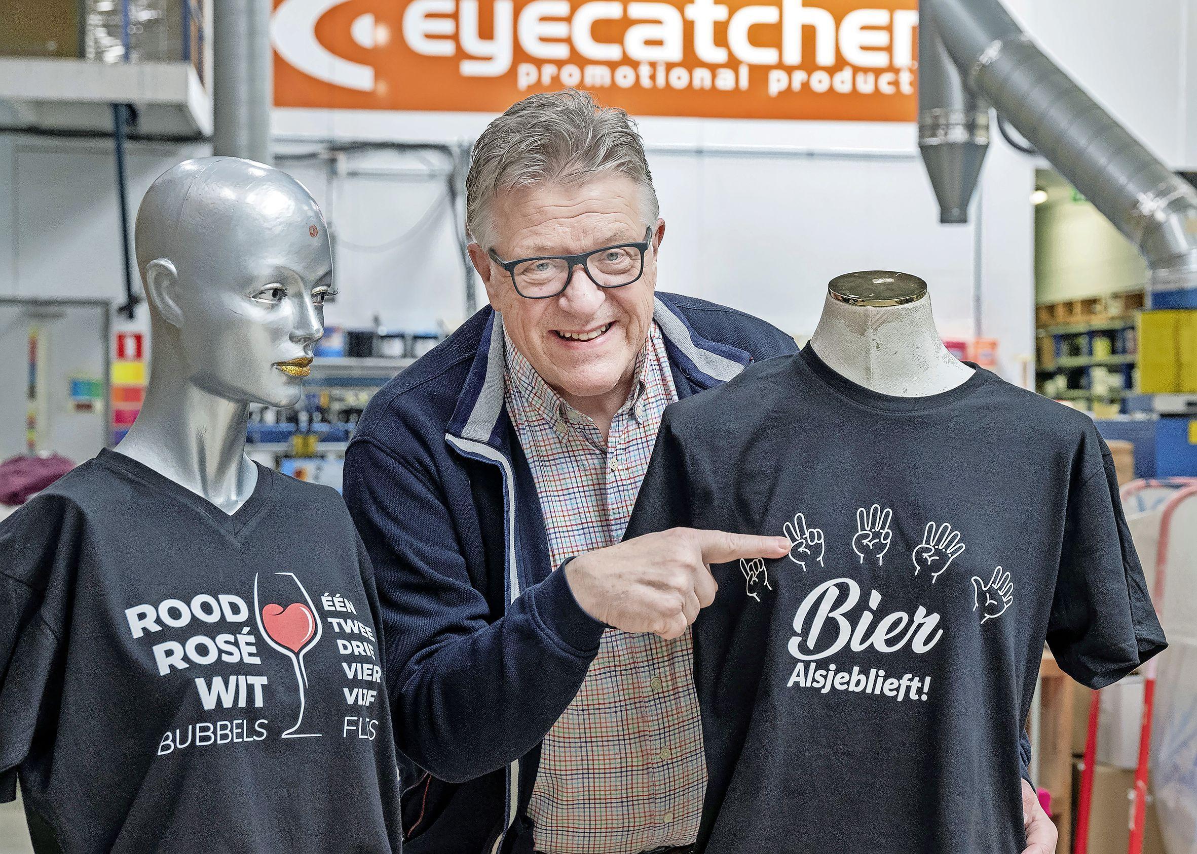 Henny Leeflang in actie voor Haarlemse cafés met T-shirts waarop je je bestelling kunt aanwijzen. 'Alle beetjes helpen'