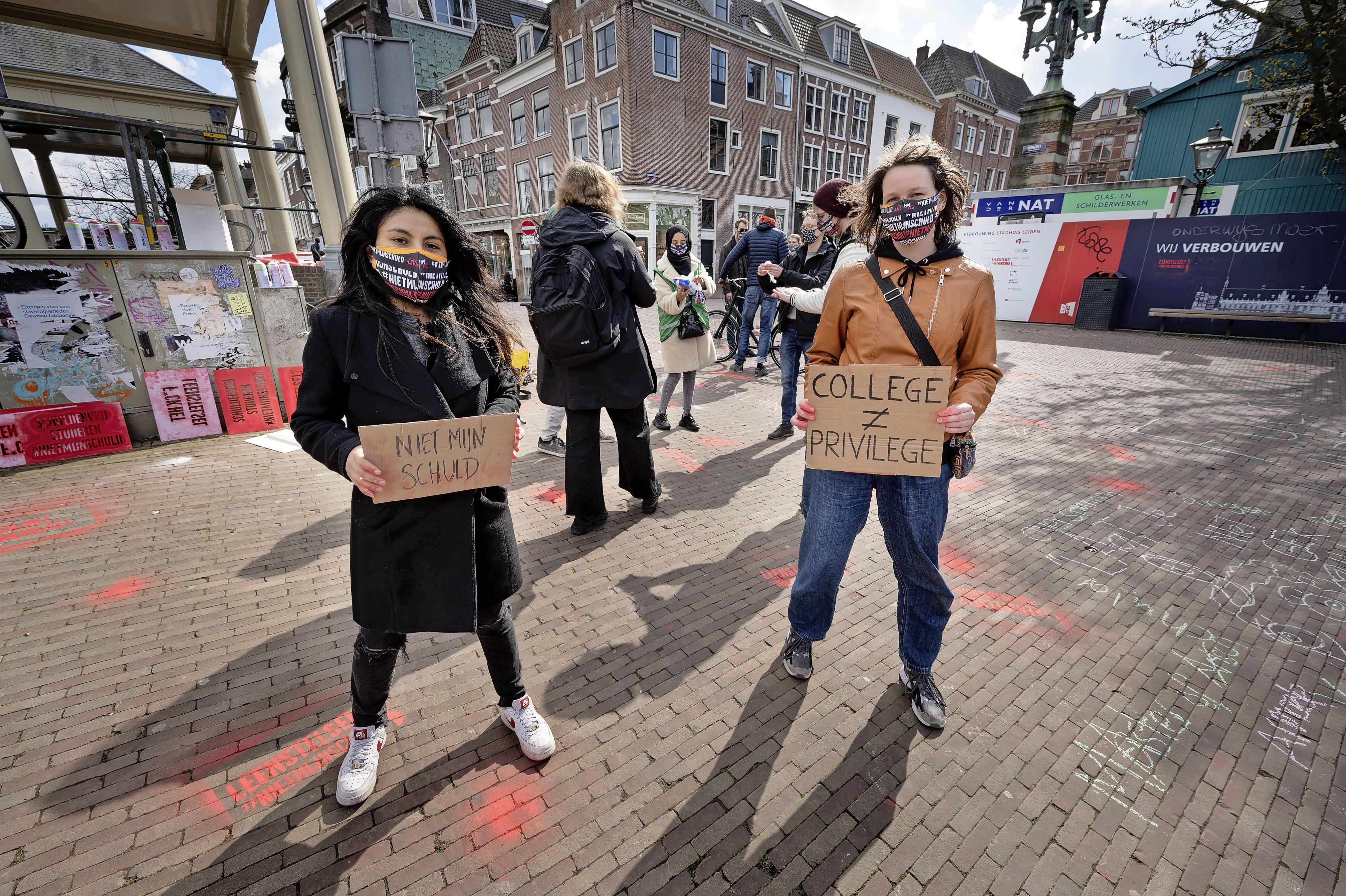 Actiegroep studenten protesteert tegen het leenstelsel op de Leidse Koornbrug: 'Wij willen dit keer niet vergeten worden'