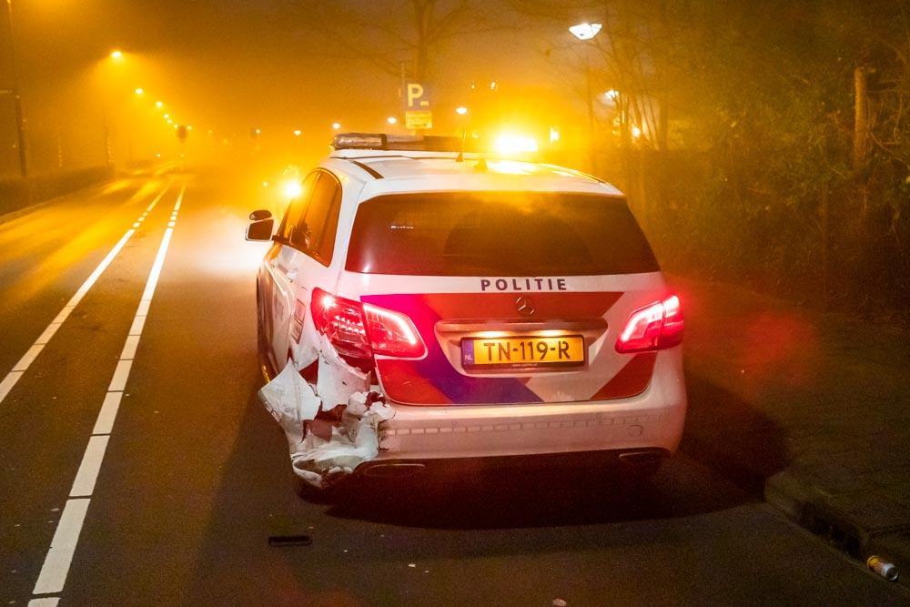 Twee politiewagens botsen op elkaar nadat er vuurwerk naar eerste auto wordt gegooid