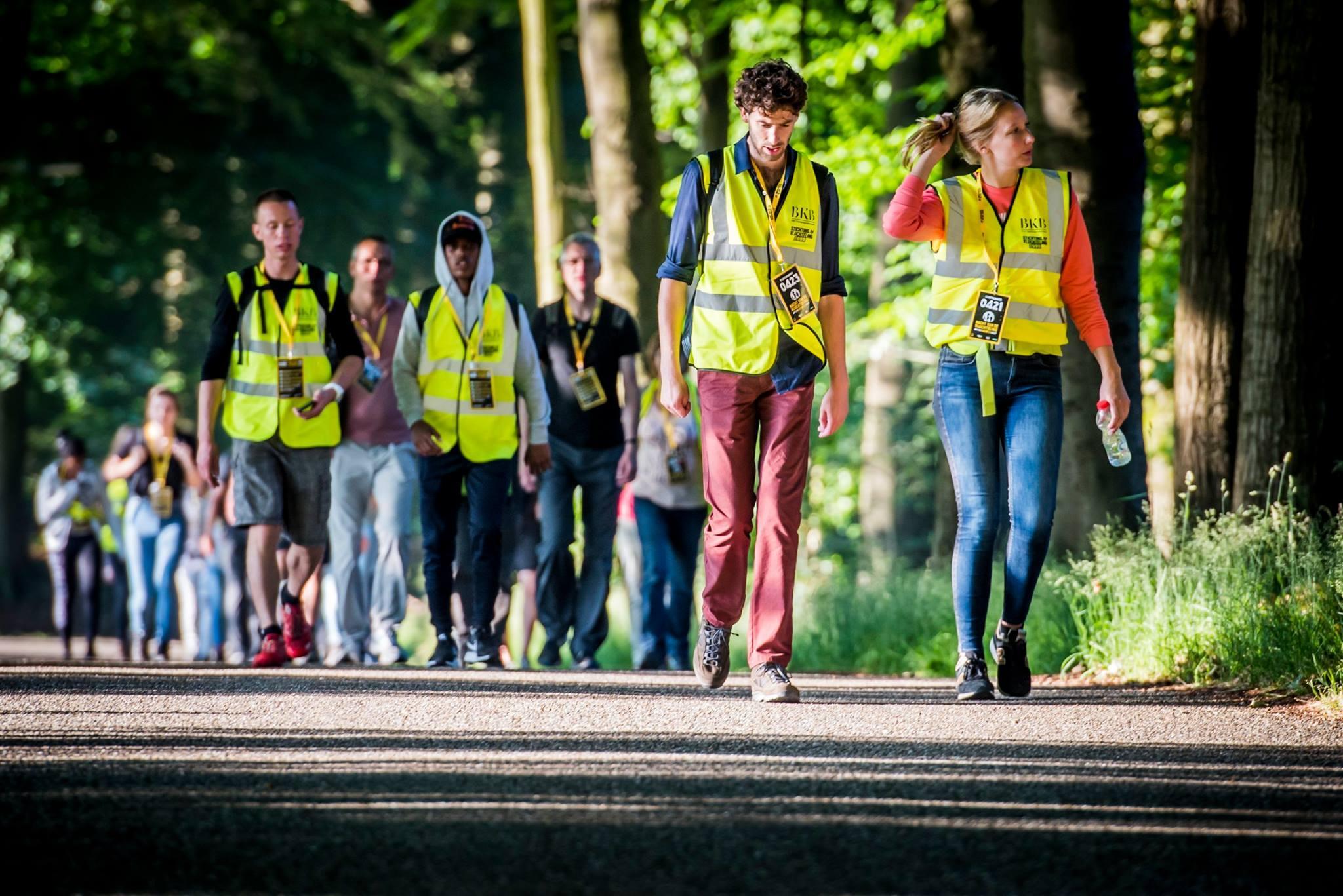 Wandelen van Amsterdam naar Haarlem op tiende editie van Nacht van de Vluchteling