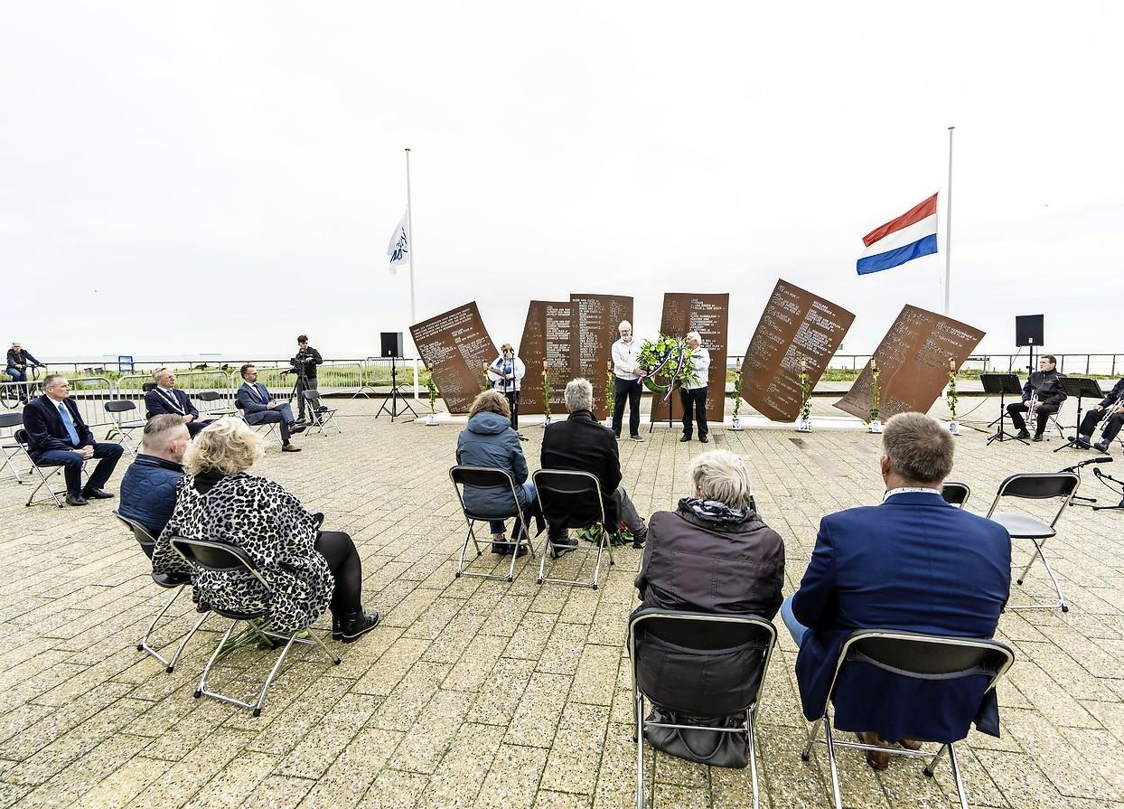 Kleine herdenking met grote betekenis bij vijftienjarig Katwijks visserijmonument: 'Hierdoor zijn de mannen toch weer een beetje in ons midden'