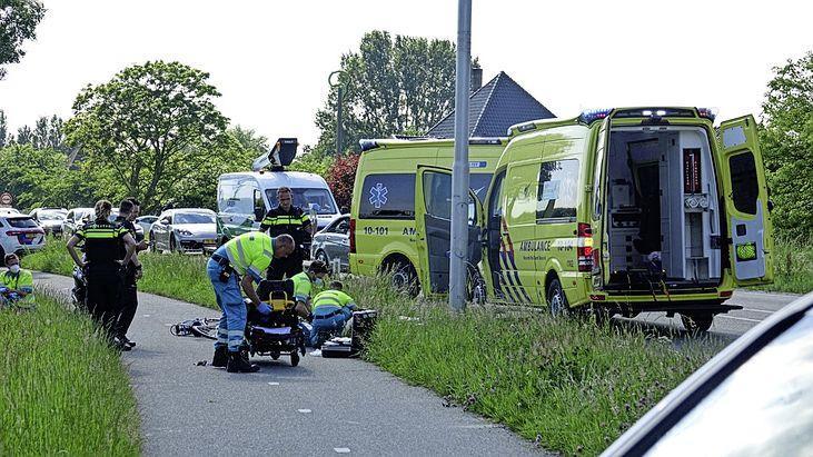 Ernstig ongeluk tussen fietser en scooter in Schellinkhout; twee zwaargewonden