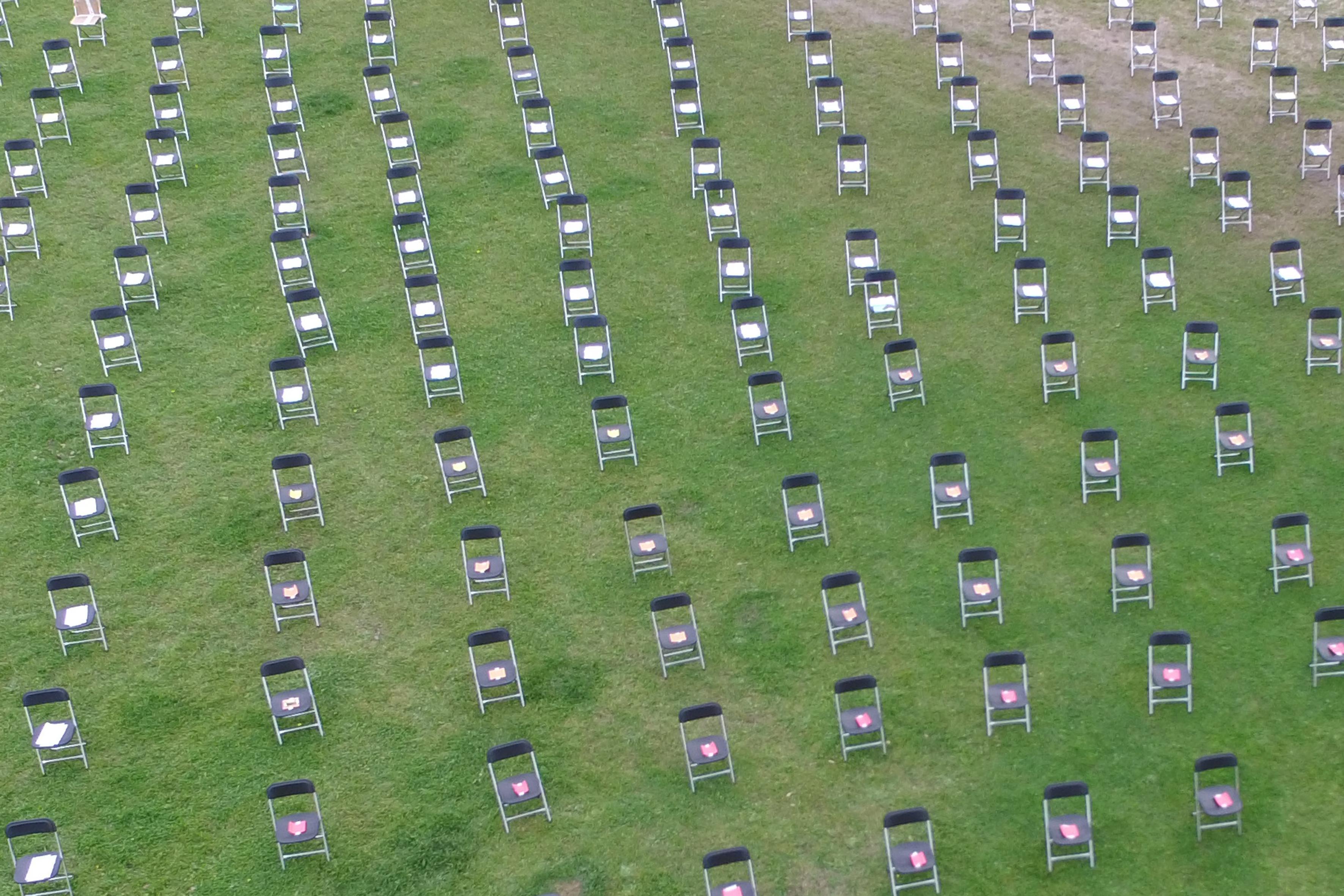 Honderden lege plekken: Wijk aan Zees klapstoelenprotest voor een gezonder leefmilieu geeft een macabere aanblik