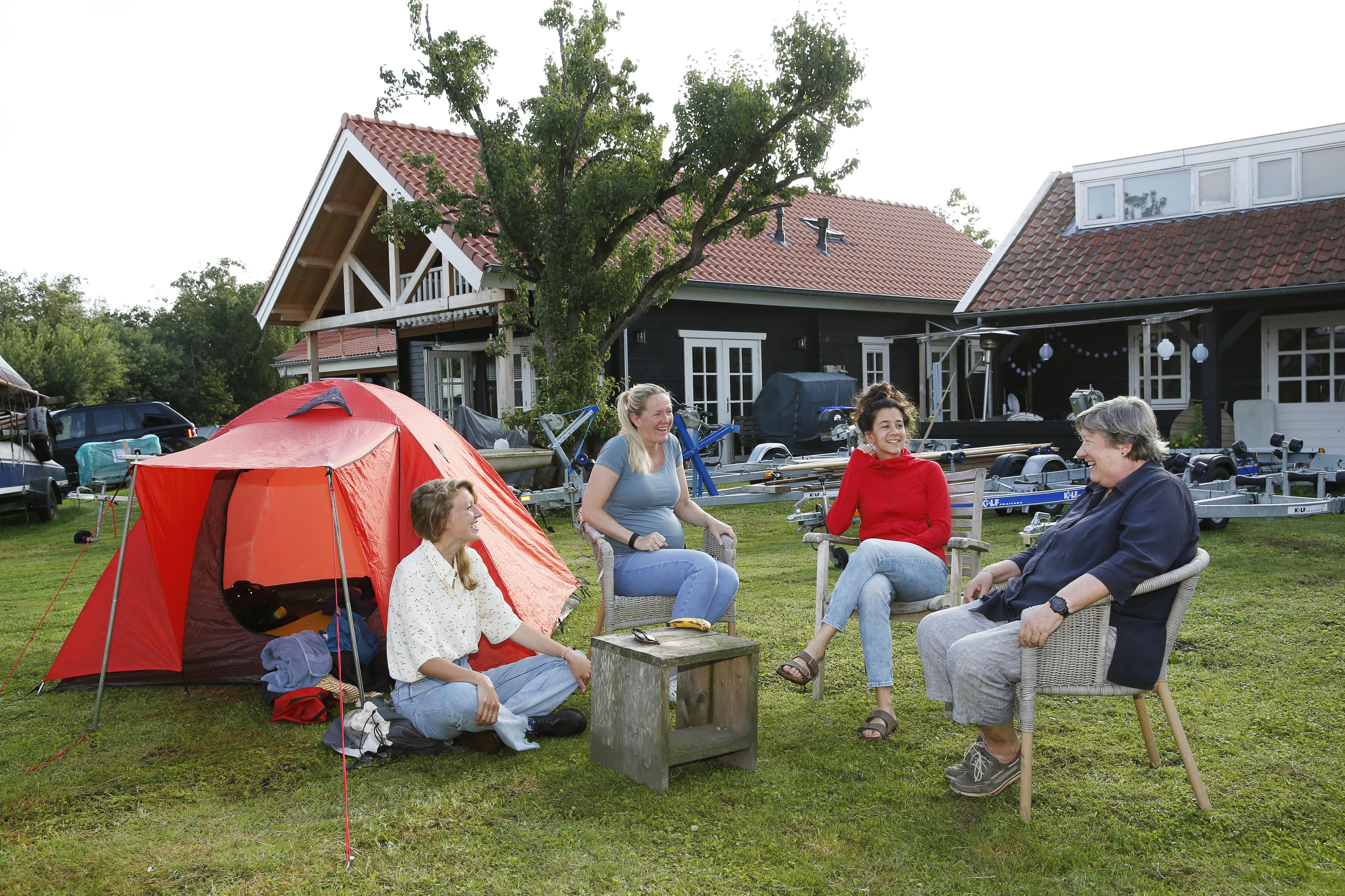 'Jachthavenhoppen' met de tent in Loosdrecht, oud-wedstrijdzeiler Jolanda Bonnema ontvangt ons; 'Jullie mogen slapen tussen de konijnen en kippen'