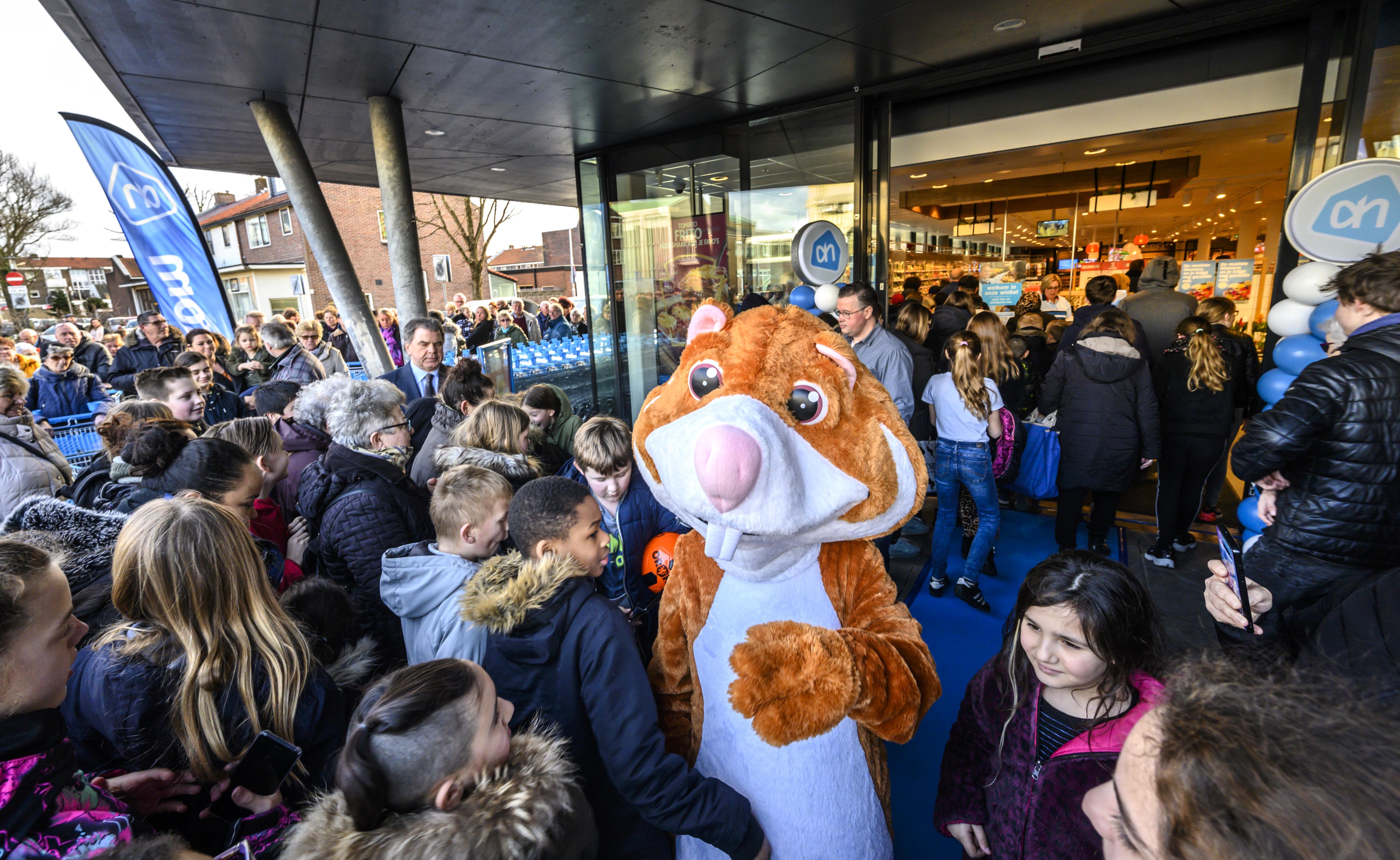 Albert Heijn in IJmuiden na verbouwing weer open. Meer ruimte, meer producten en droge mist over verse groenten
