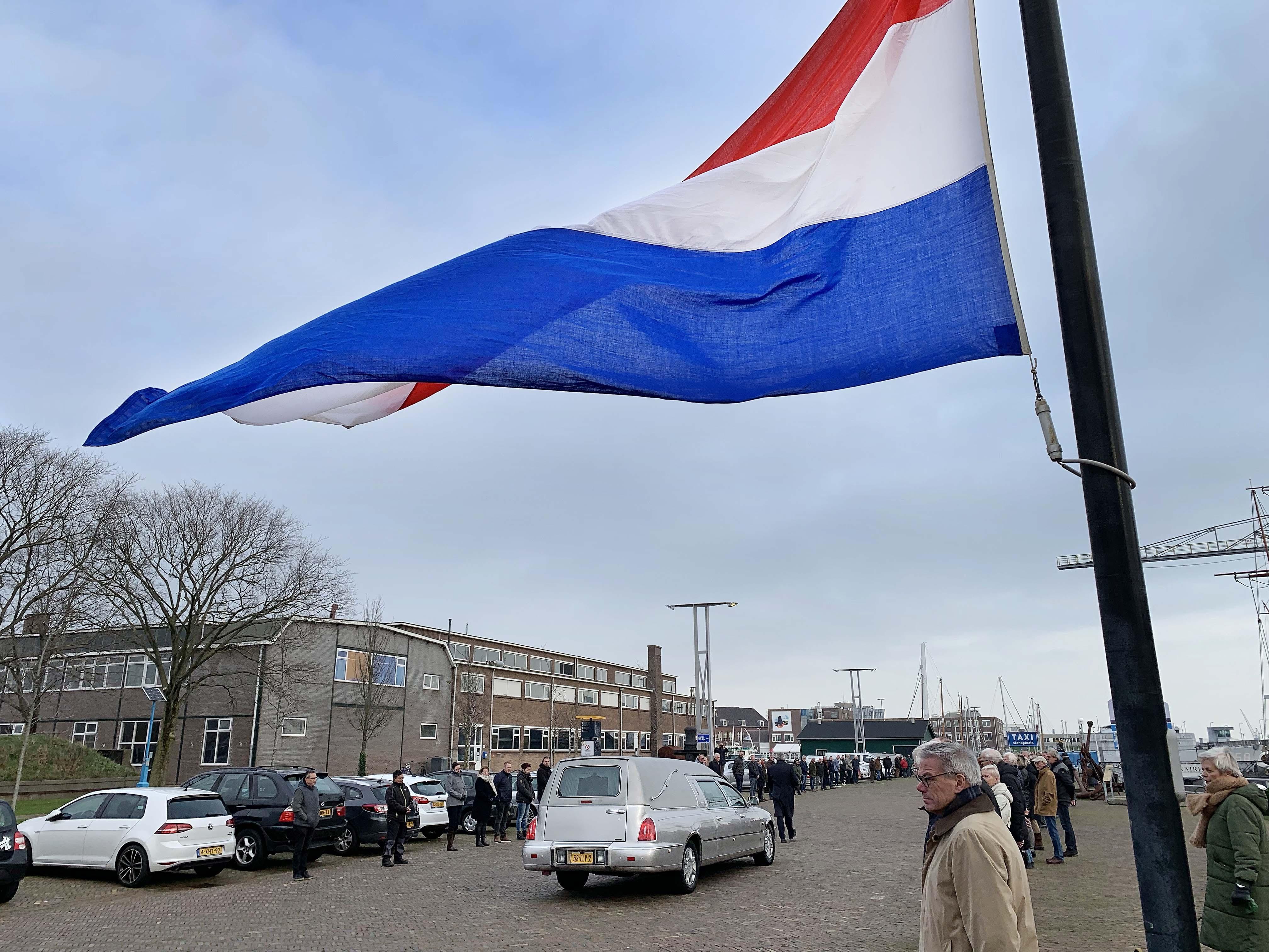 Vrienden en kennissen brengen op Willemsoord een laatste groet aan Hans Kousbroek