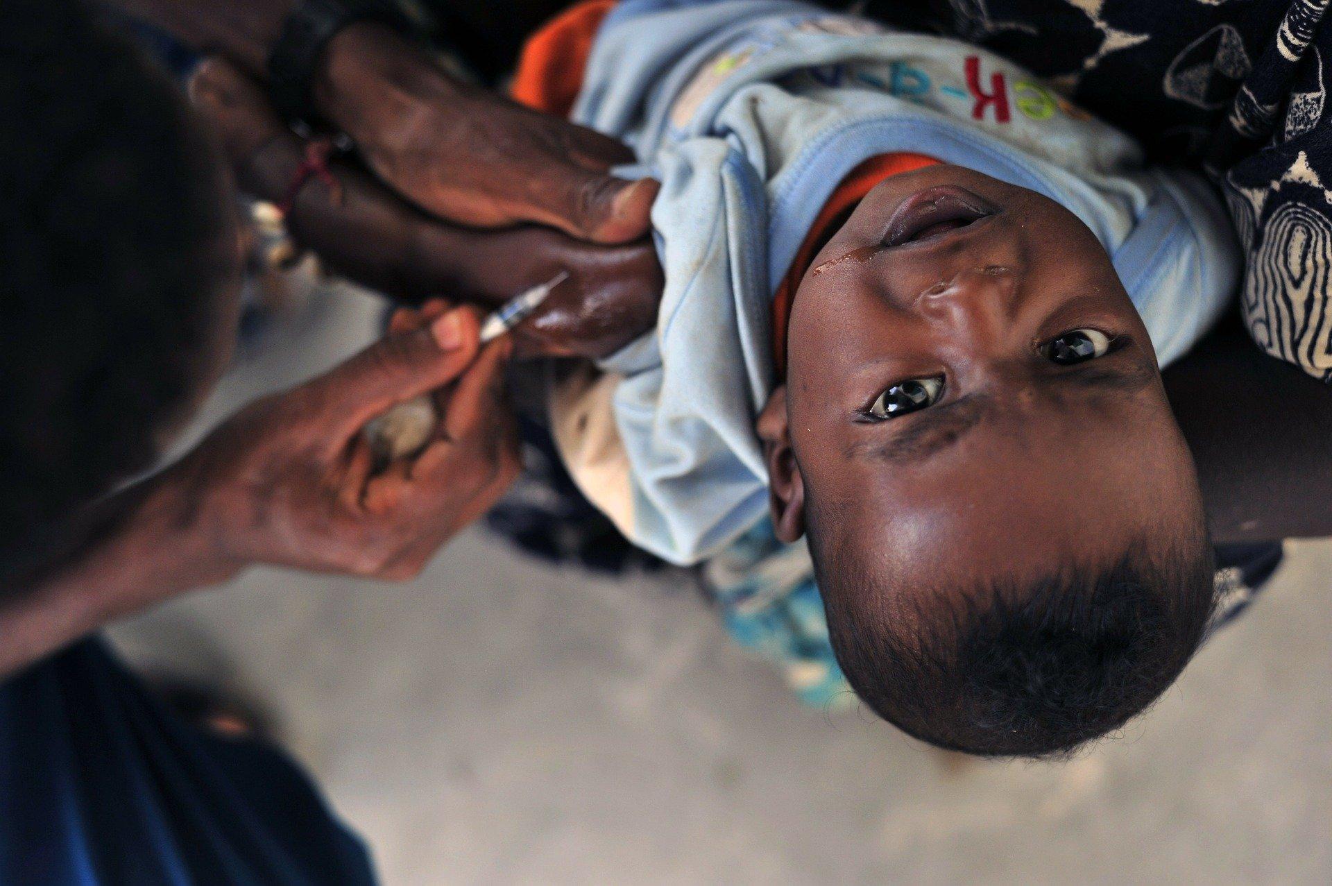 We moeten slim vaccineren en dus arme landen helpen met inentingen, anders duurt de crisis nóg langer | Commentaar