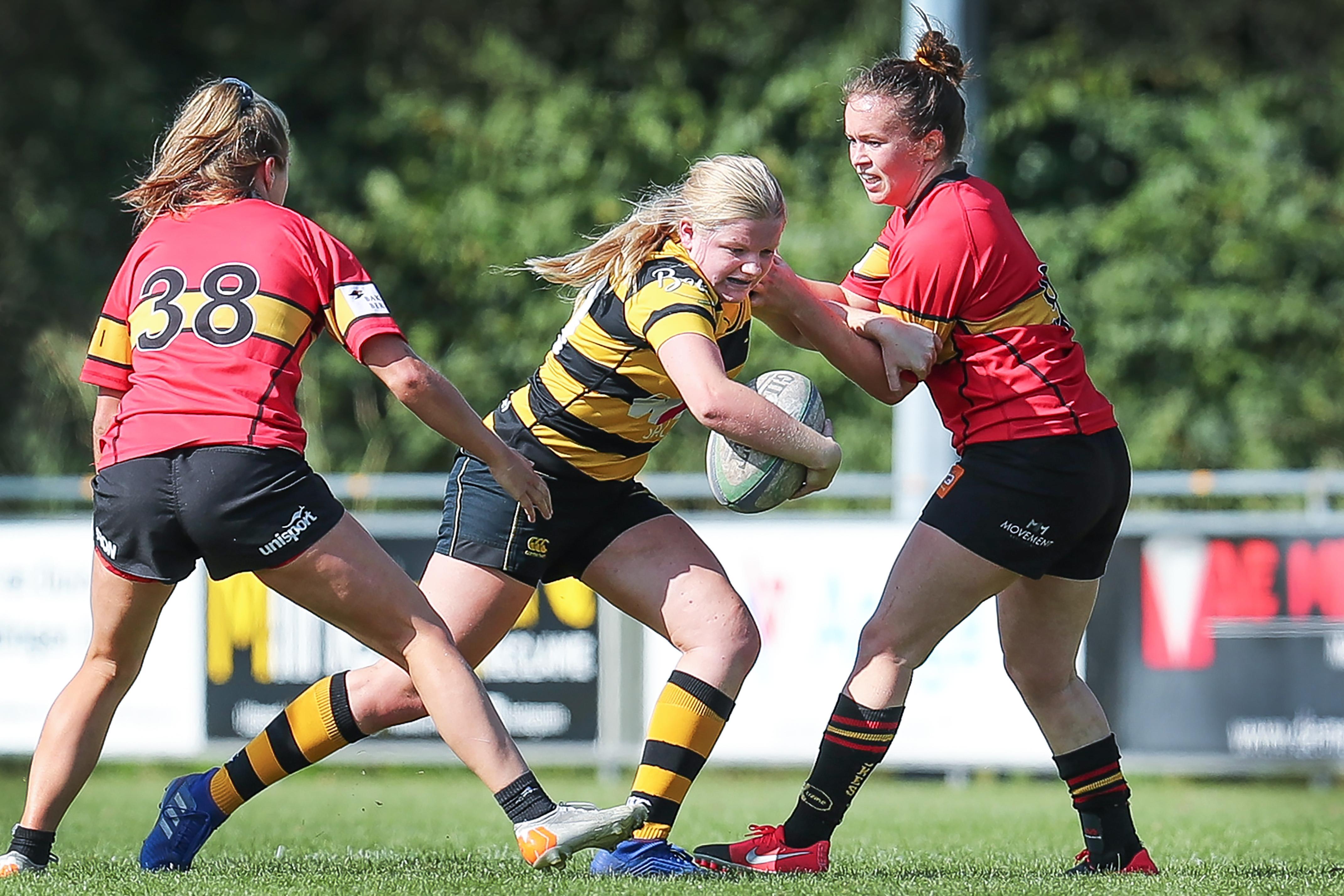 Rugbytalent Kim Dekker van Cas RC maakt debuut in het Nederlands vrouwenteam na twee jaar geen duel gespeeld te hebben. Dat ze met 87-0 verloor van Spanje mocht de pret niet drukken