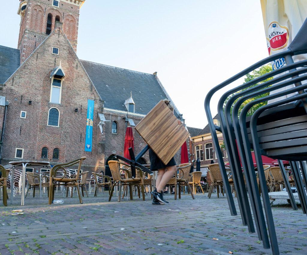 Het is onthutsend stil in Alkmaar tijdens het EK-duel van Oranje. De horeca is vrijwel uitgestorven. Oranjefans zijn thuis, cafés en terrassen leeg