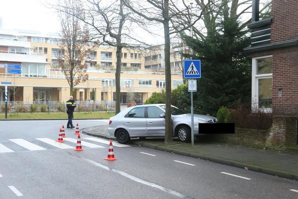 Beschonken automobilist rijdt auto op muurtje in Sassenheim