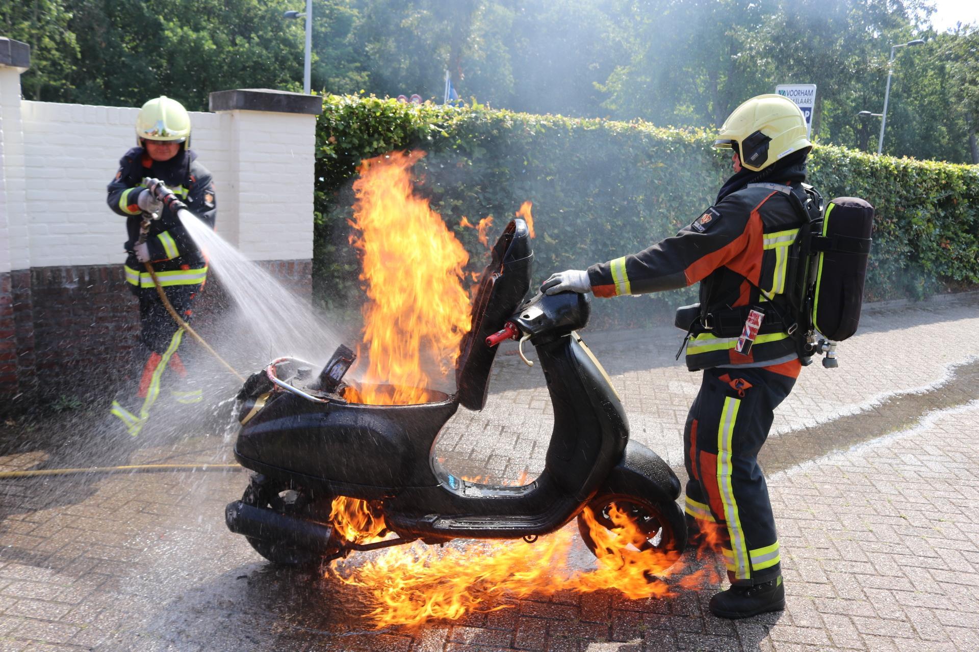 Metershoge vlammen uit scooter na tankbeurt in Noordwijk