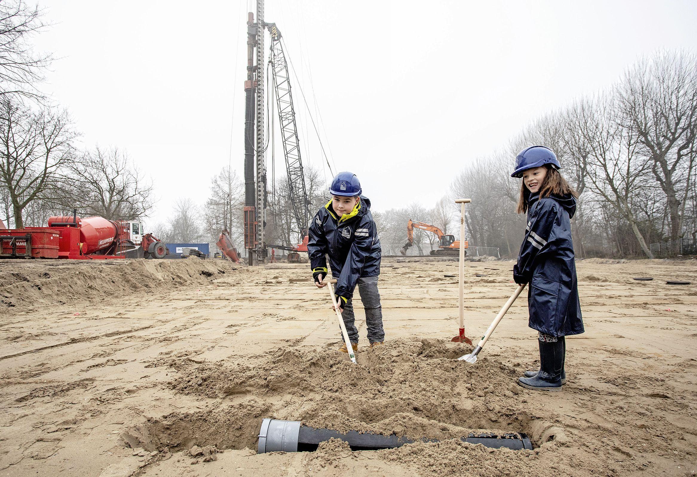 Bouw IKC Hillegom begint, maar niet voordat capsule vol tekeningen en brieven onder de school is begraven