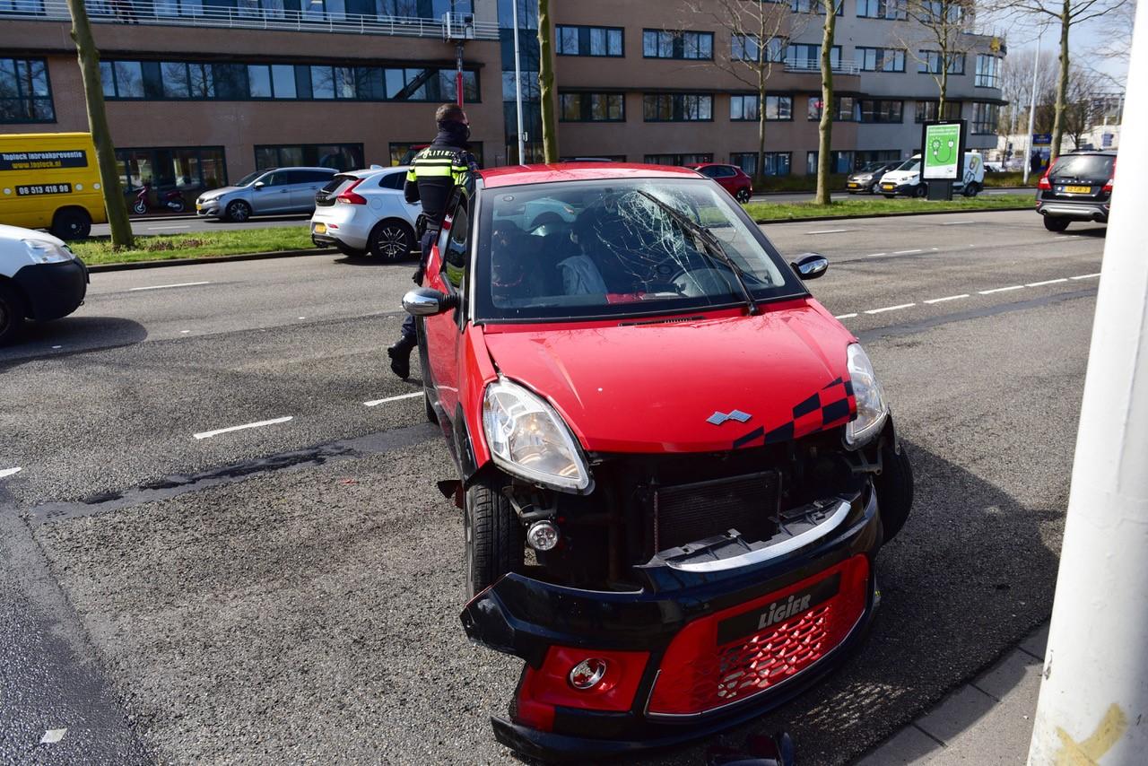 Vrouw botst met haar 45 km-auto tegen lantaarnpaal en raakt gewond in Leiden; dierenambulance aanwezig voor drie honden