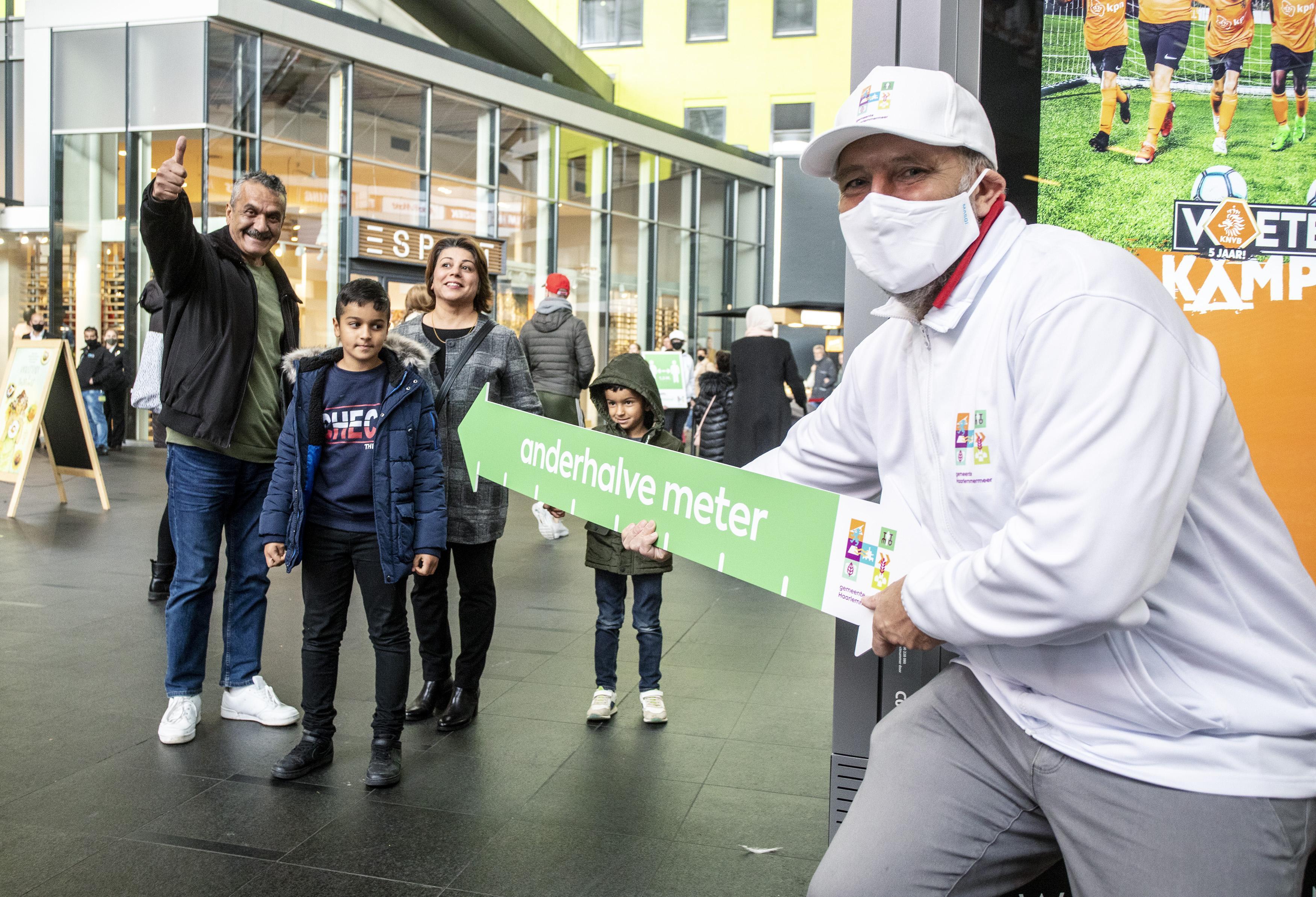 Anderhalvemeterteams in actie in winkelcentrum Vier Meren in Hoofddorp: 'Goed dat jullie dit doen'