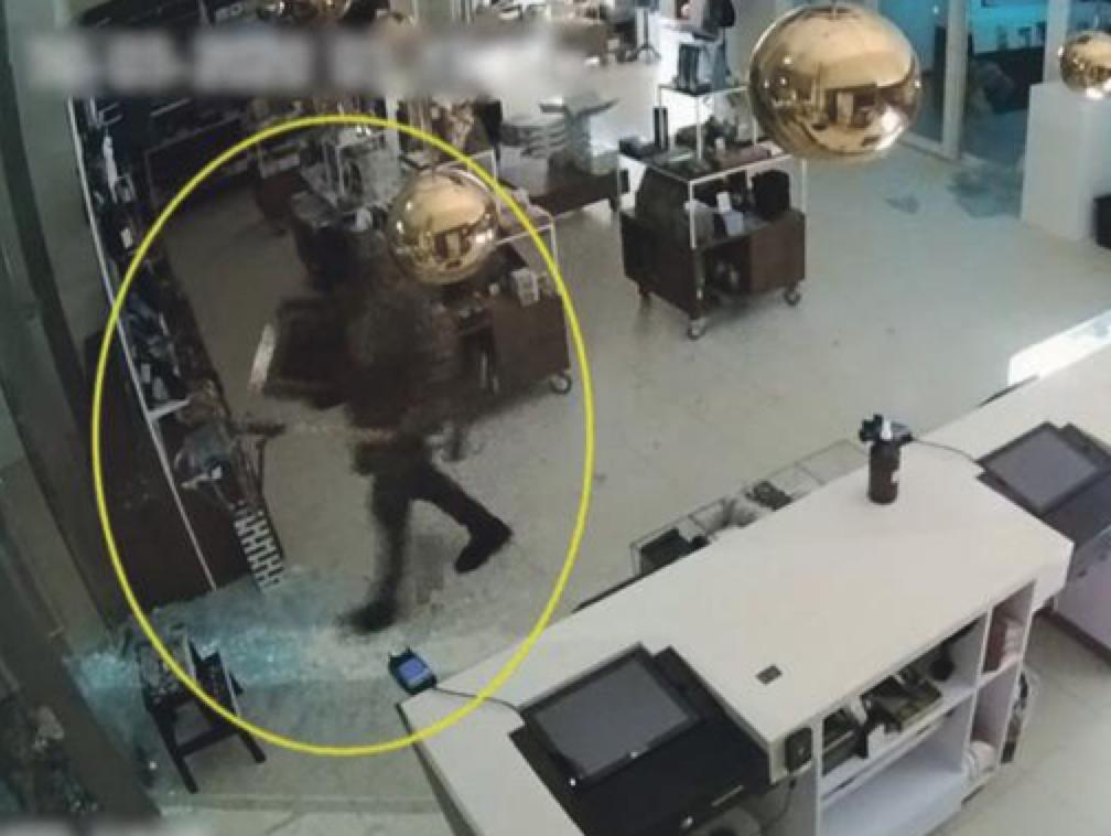 Deuren met hamer ingebeukt, Van Gogh simpel gestolen uit Singer Laren [video]
