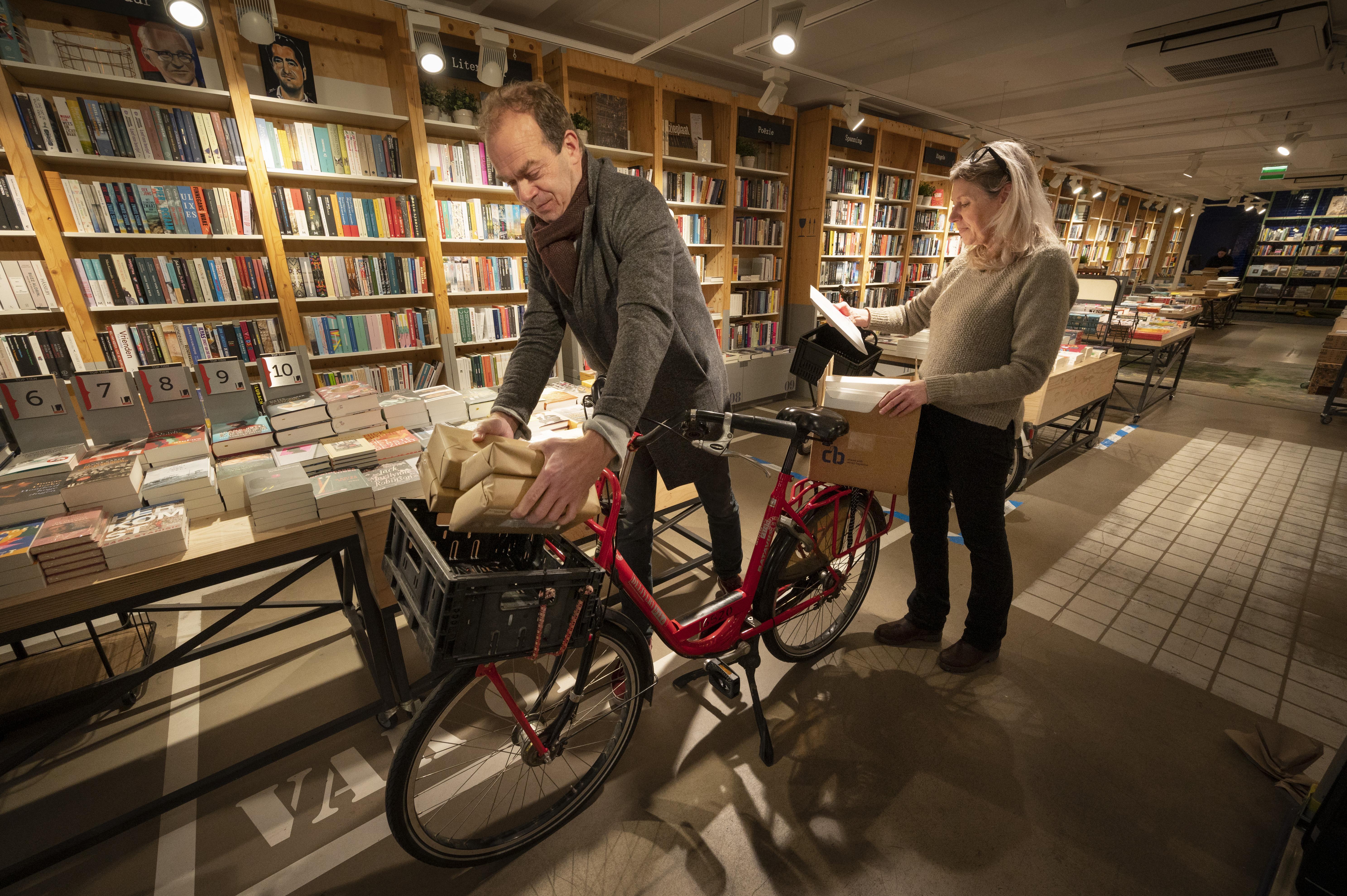 Grote groep vrijwilligers helpt Leidse boekhandel Kooyker : 'Oh, wat fijn dat jullie dit doen'