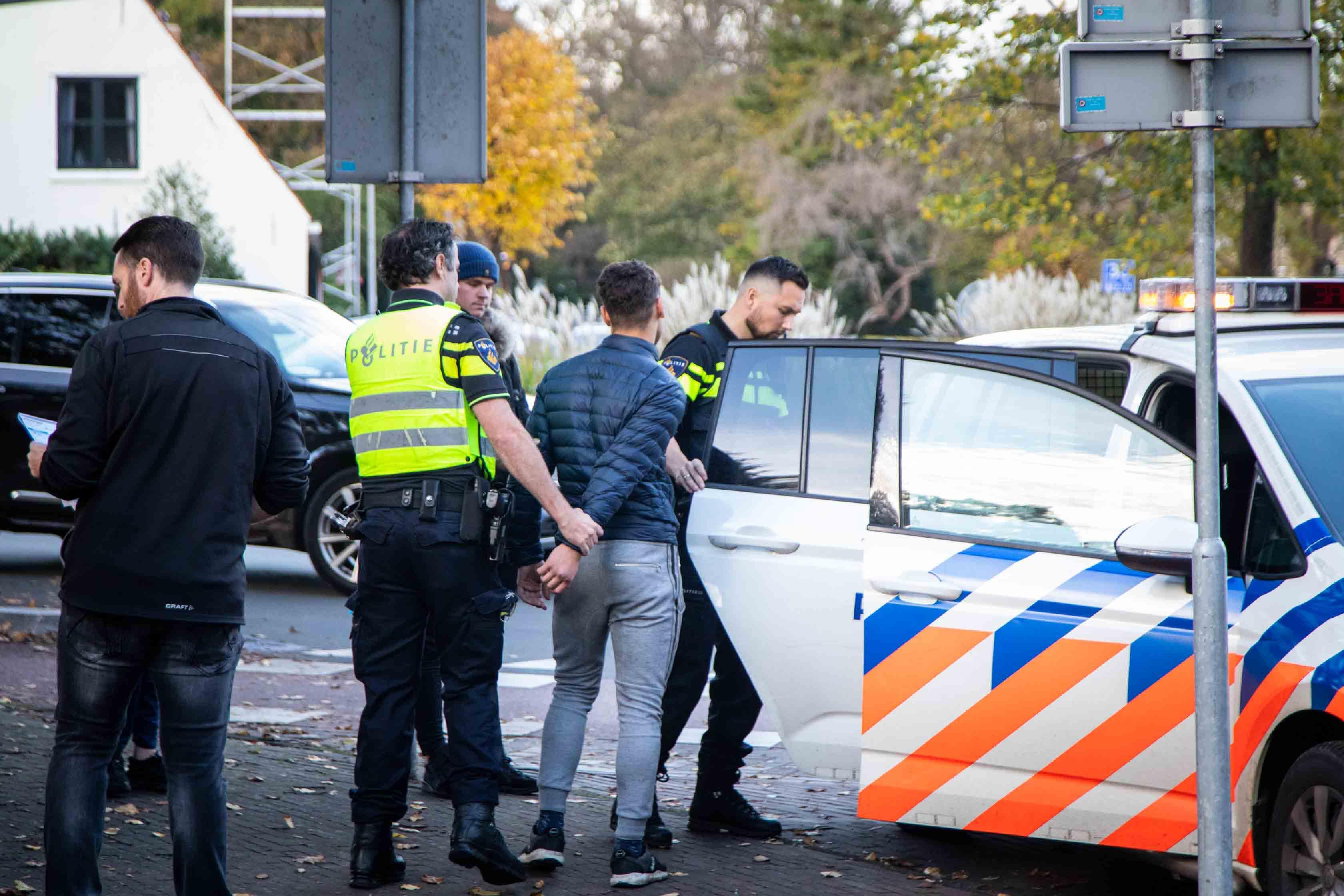 Scooter en auto botsen op elkaar in Overveen; scooterrijder blijkt niet in bezit van rijbewijs