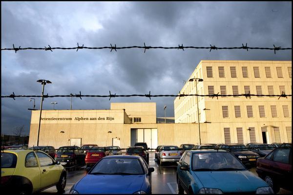 Cipier Alphen vervolgd voor poging doodslag