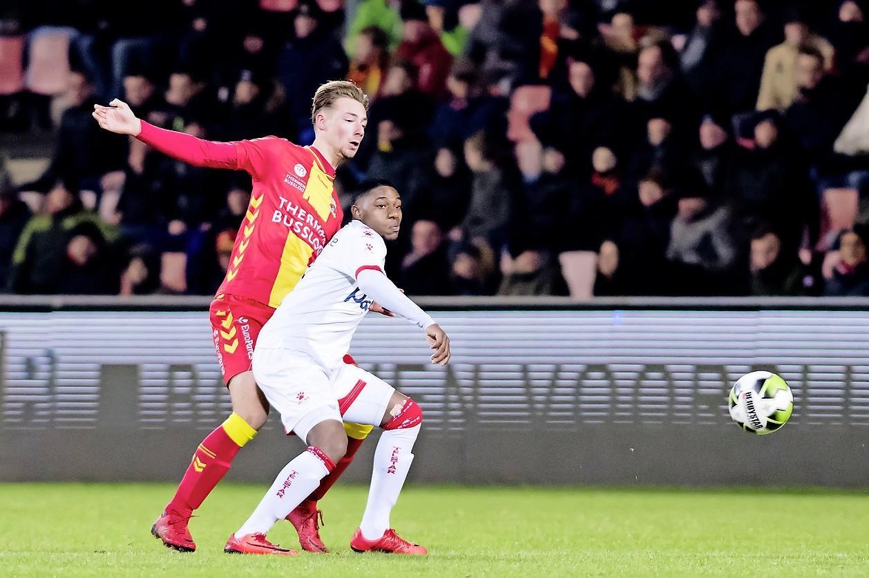 Oefenwedstrijd Telstar op bezoek bij Go Ahead Eagles wordt test voor coronamaatregelen zoals 1,5 meter afstand houden tussen supporters