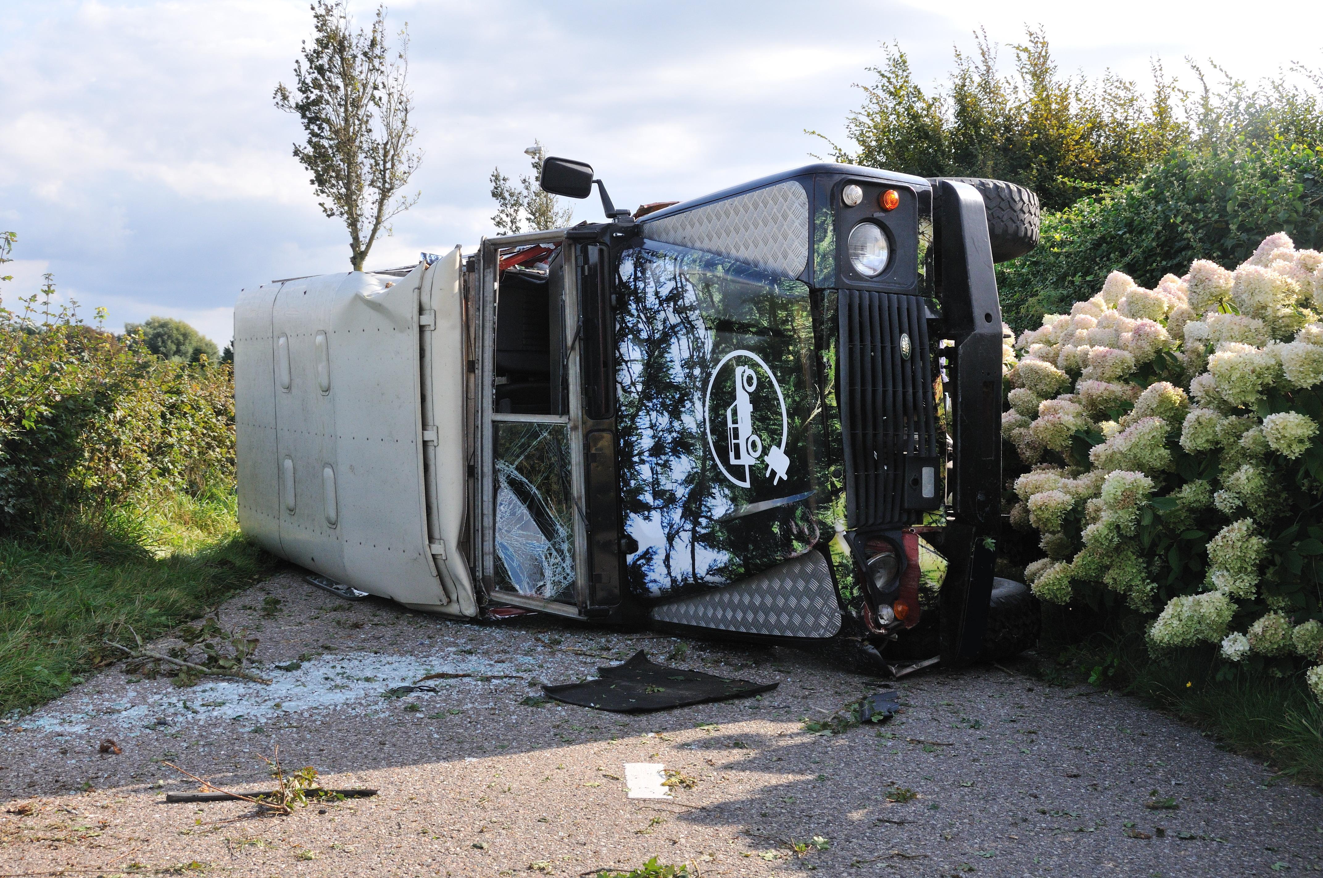 In Egmond-Binnen over de kop geslagen stekkerauto reed pas net als terreinwagen in duinen