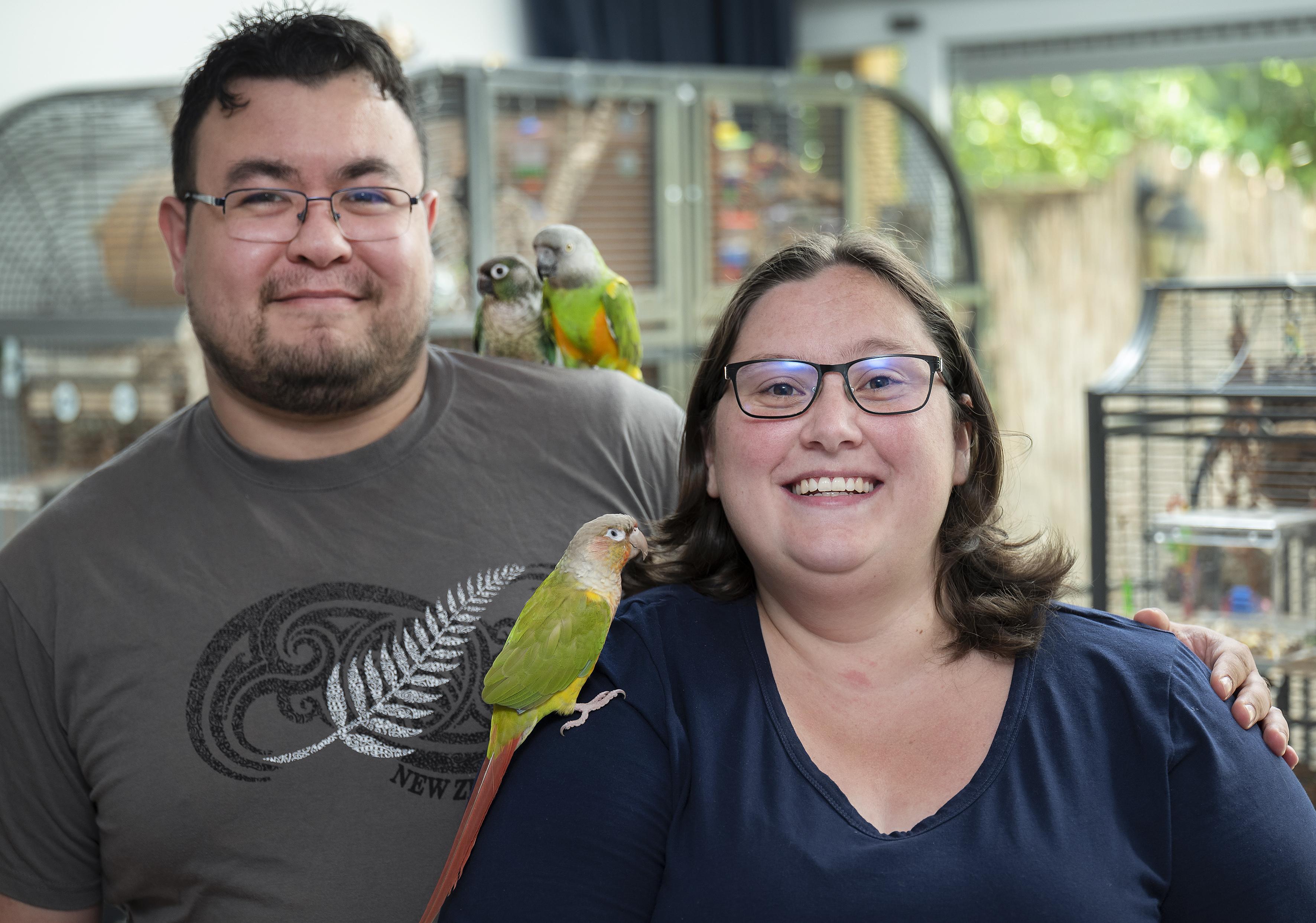 Een papegaai uit een drugslab en een vogel verslaafd aan kattenvoer; bij Franka en Daniël zijn alle verstoten vogels welkom
