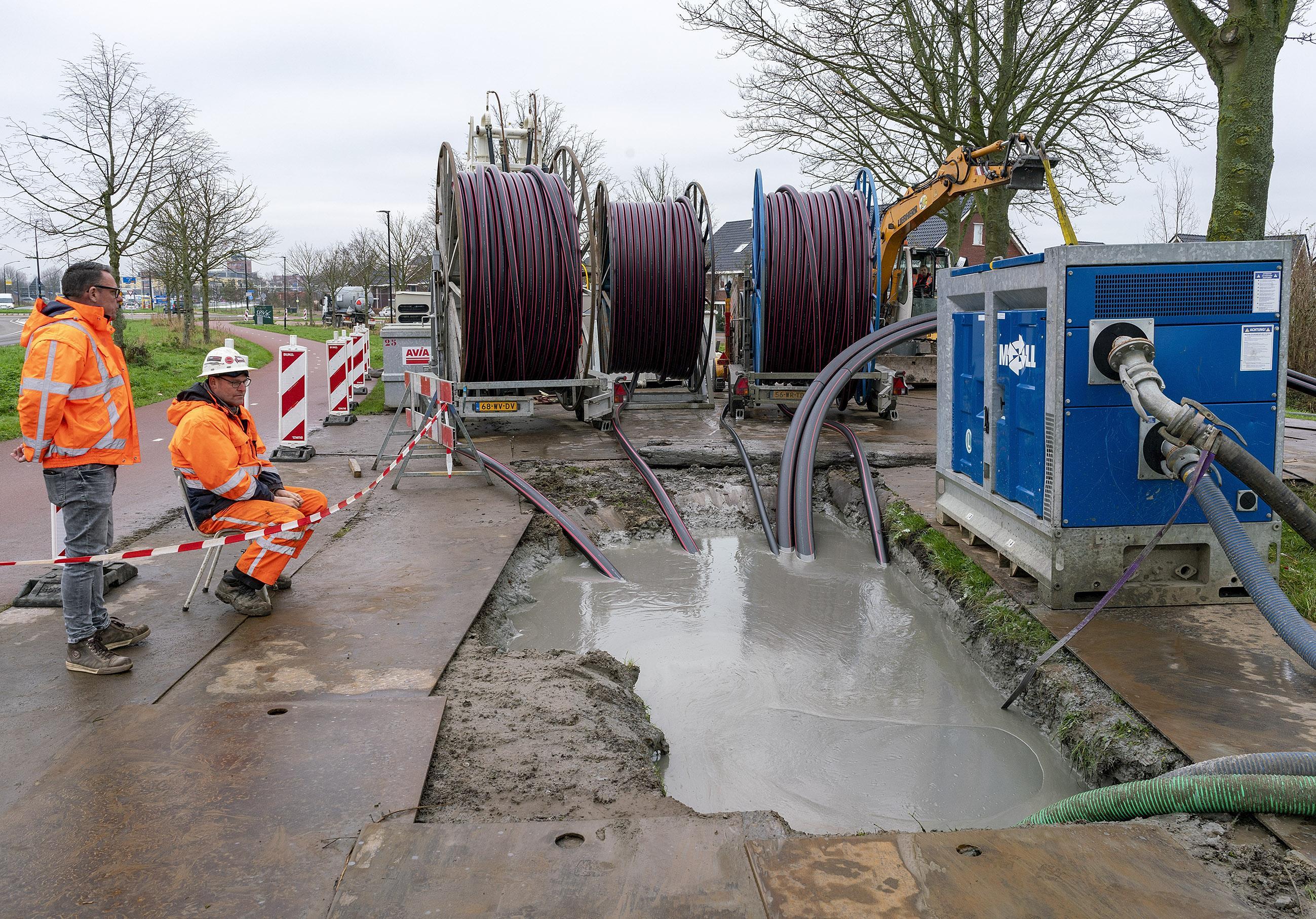 Buizen van in totaal 470 meter gaan met gestuurde boring onder kanaal Alkmaar-Kolhorn door