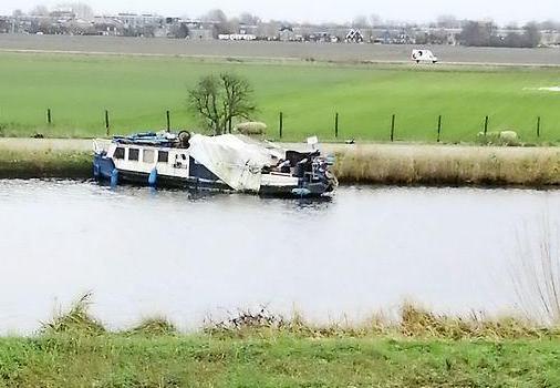 Gemeente Haarlemmermeer gaat zwerfboot in de Ringvaart weghalen, op kosten van de eigenaar