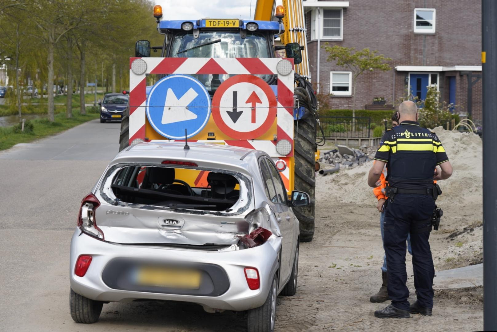 Tractorbestuurder rijdt bovenop auto in Wieringerwaard, kind aan boord is ongedeerd maar schade is fors