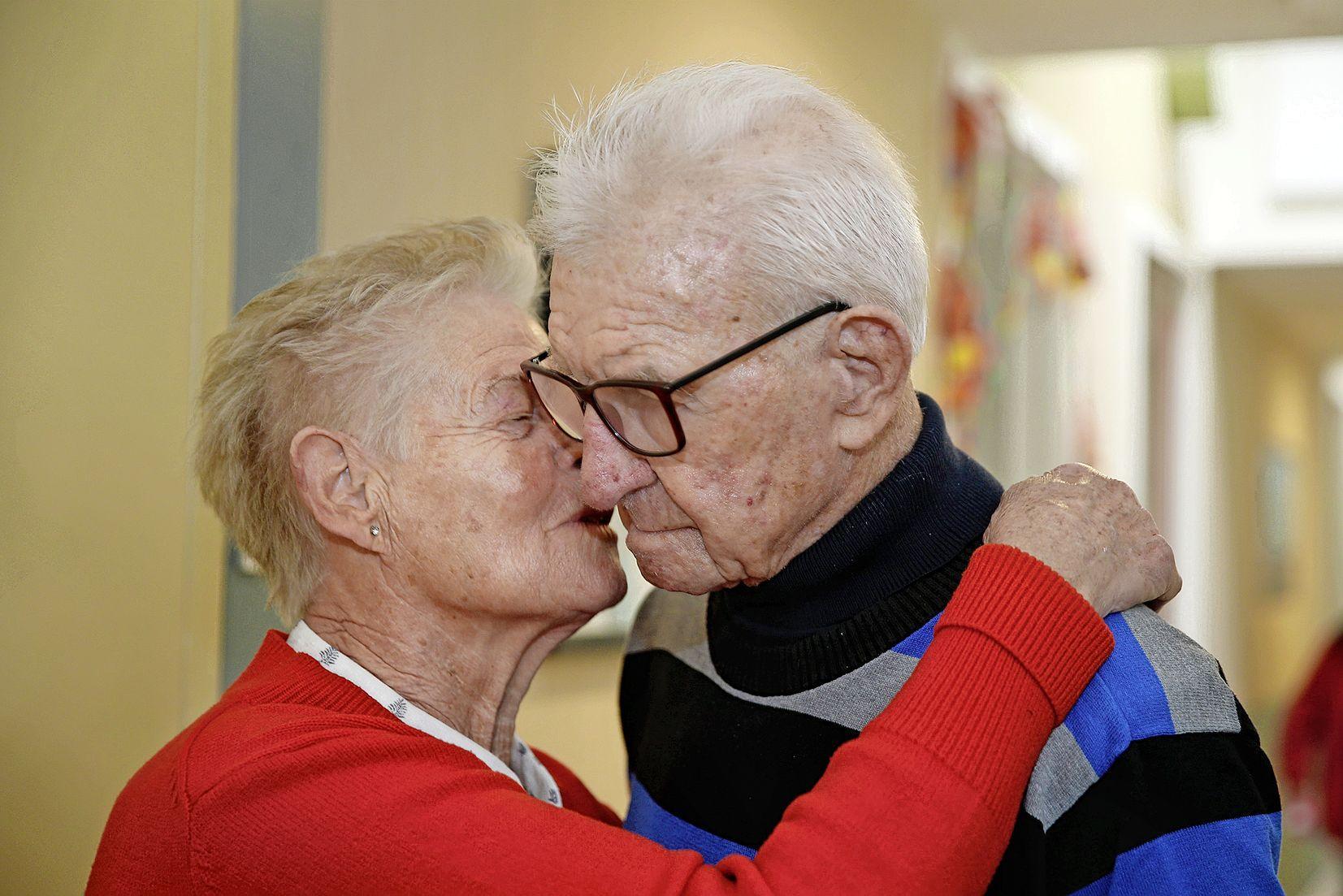 Door Alzheimer woont Niek Buiter niet meer bij zijn Tiny, met wie hij zestig jaar getrouwd is. Maar als ze hem bezoekt, dan lichten zijn ogen op. 'Hij herkent me nog wel'