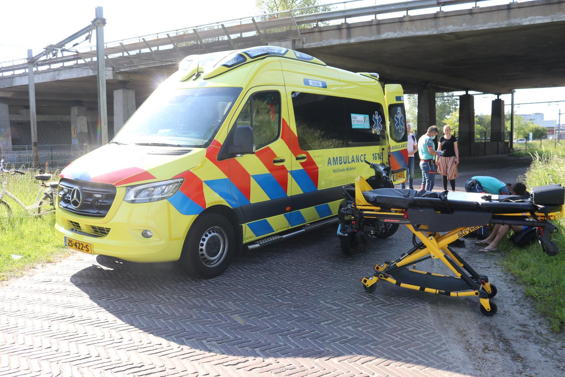 Fietser gewond bij frontale botsing met scooter in Sassenheim