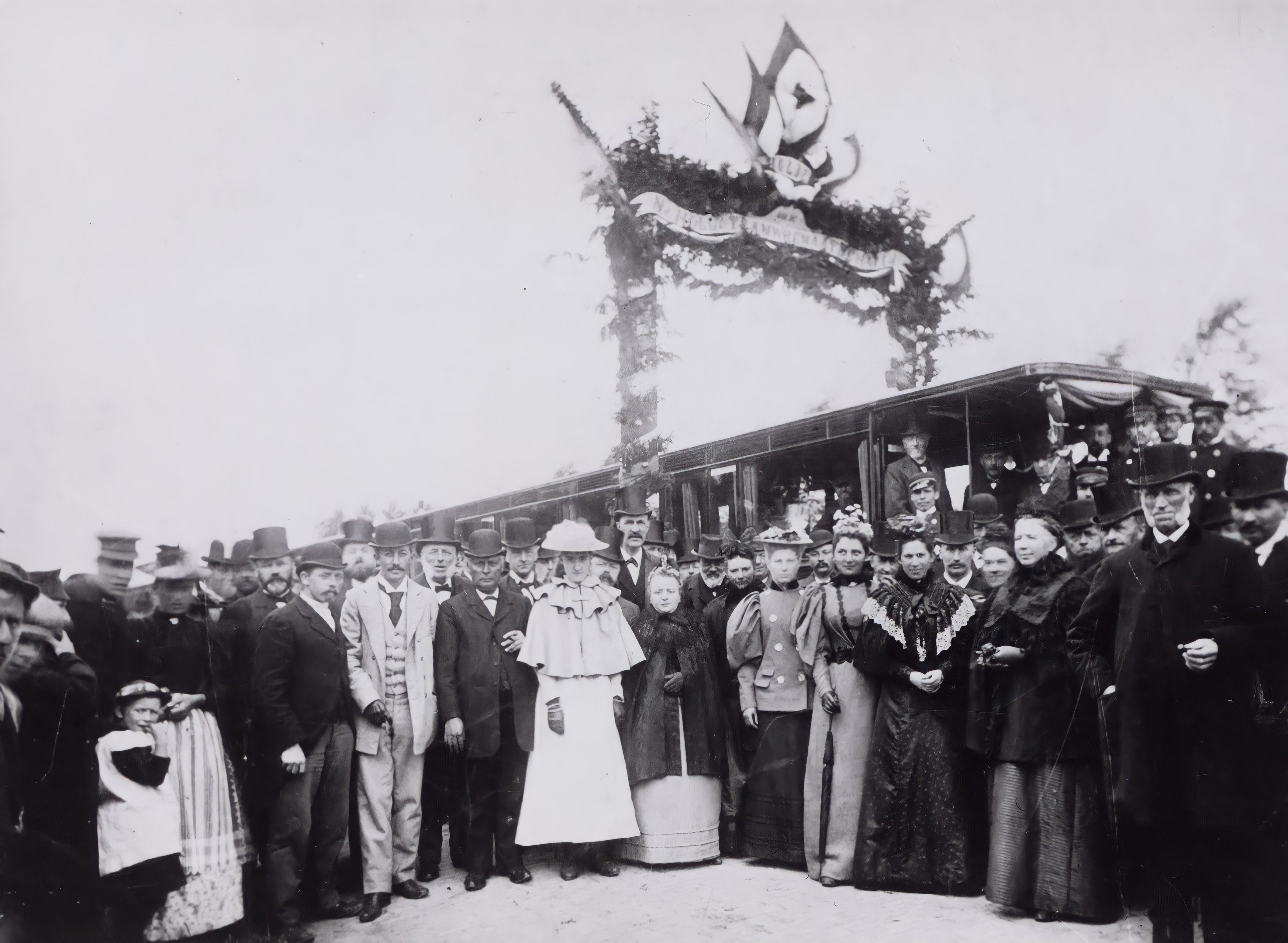Met de tram van Alkmaar naar Amsterdam. 17 juli 1895 was de eerste rit. Een retourtje Amsterdam eerste klasse kostte een gulden en tweede klasse 75 cent