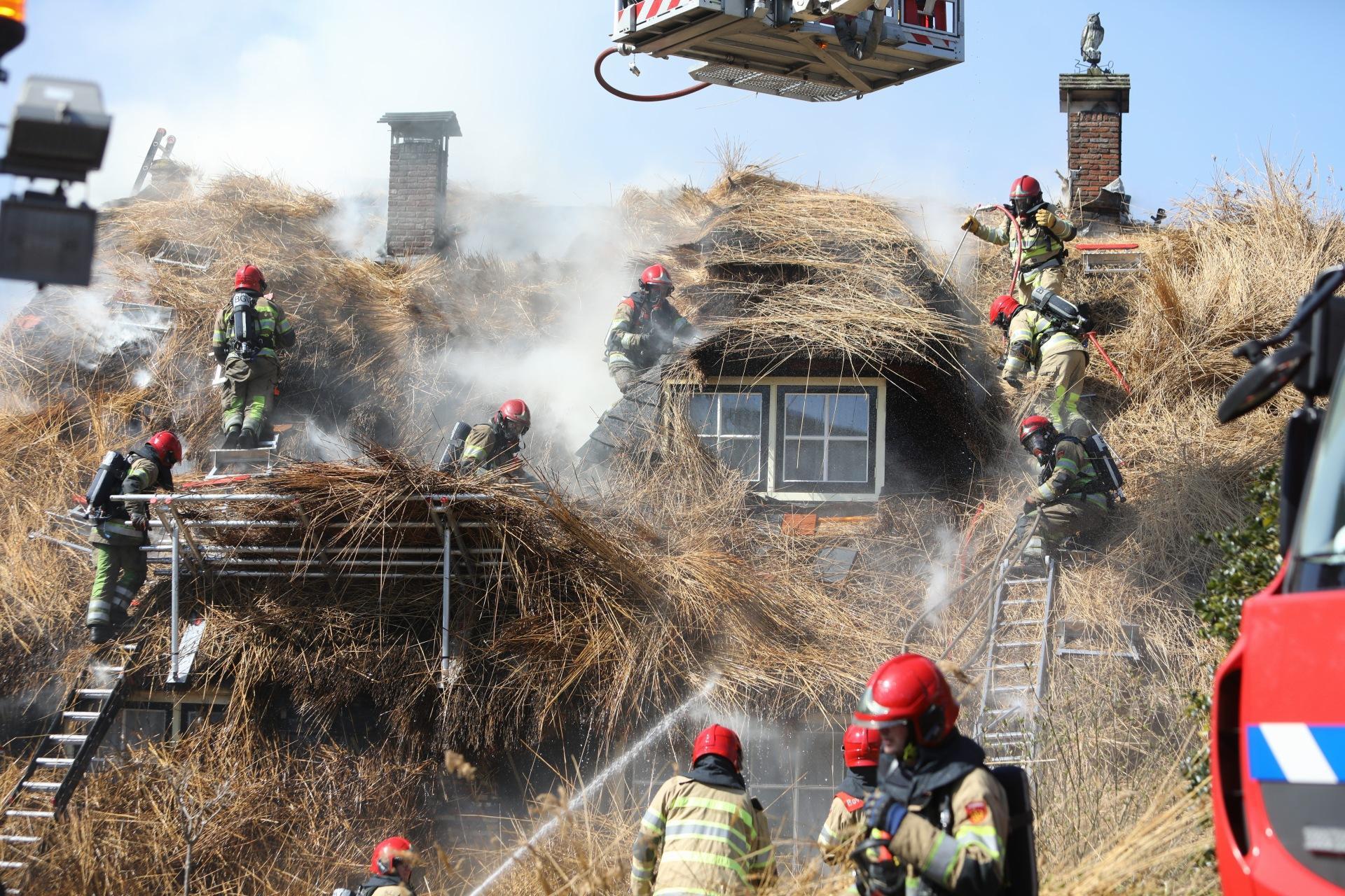 Brandweer heeft grote kluif aan brand in klassieke Larense boerderij met rietdak [video]