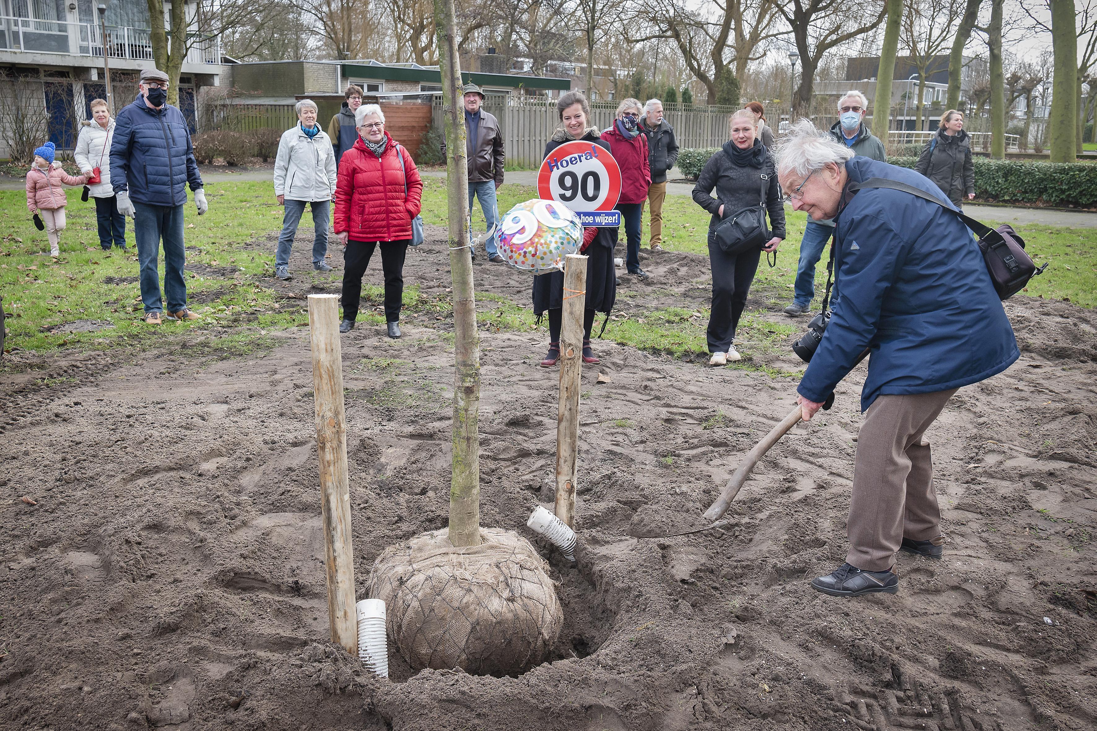 Wijkraadslid Frits Breen (90) blijft bezig met de toekomst van Haarlem-Molenwijk: 'Een wolkenkrabber van vijftig verdiepingen, waarom niet?'