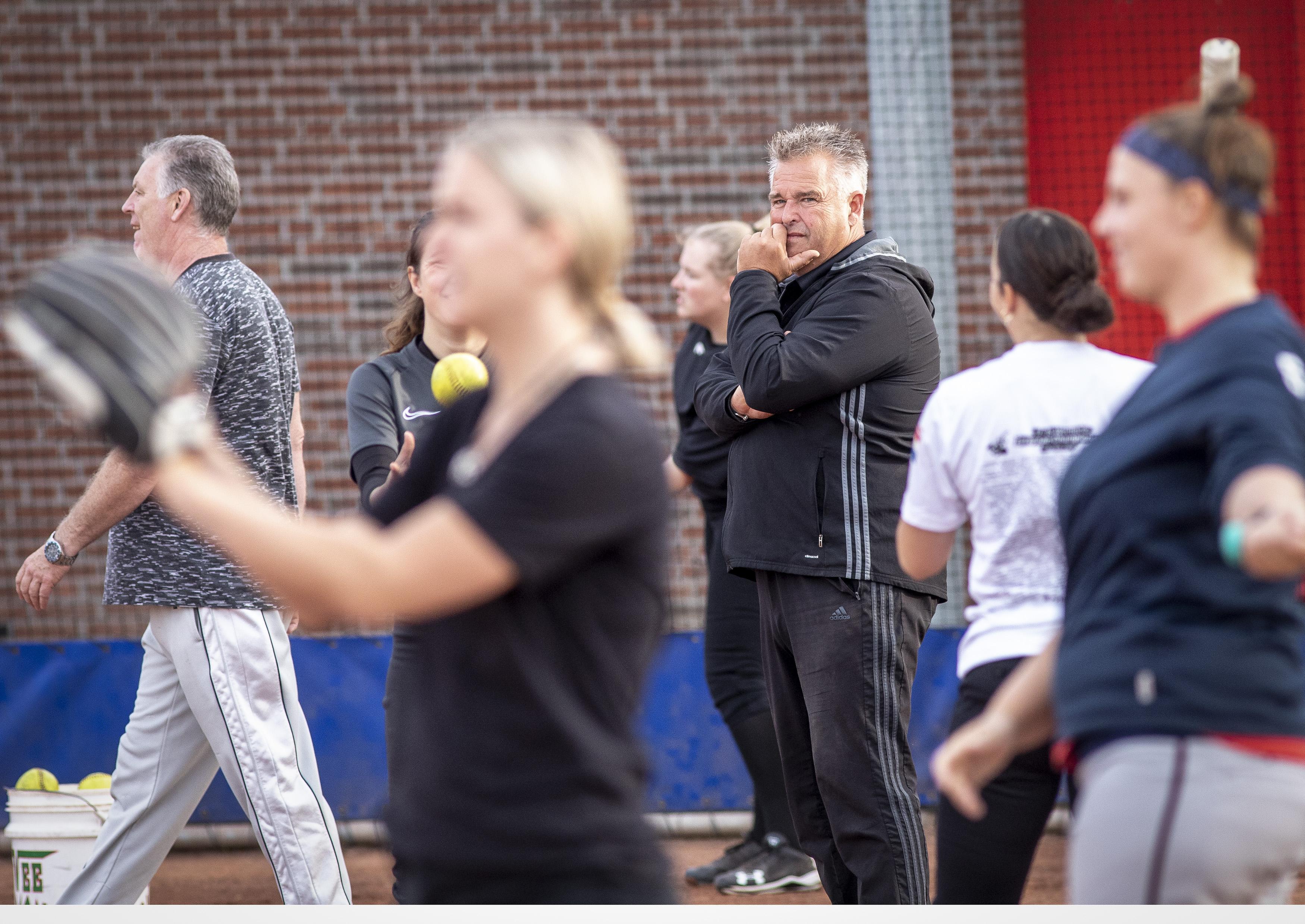 Edwin Pieneman volgt Rob Walgien op als hoofdcoach bij softbalsters van Onze Gezellen