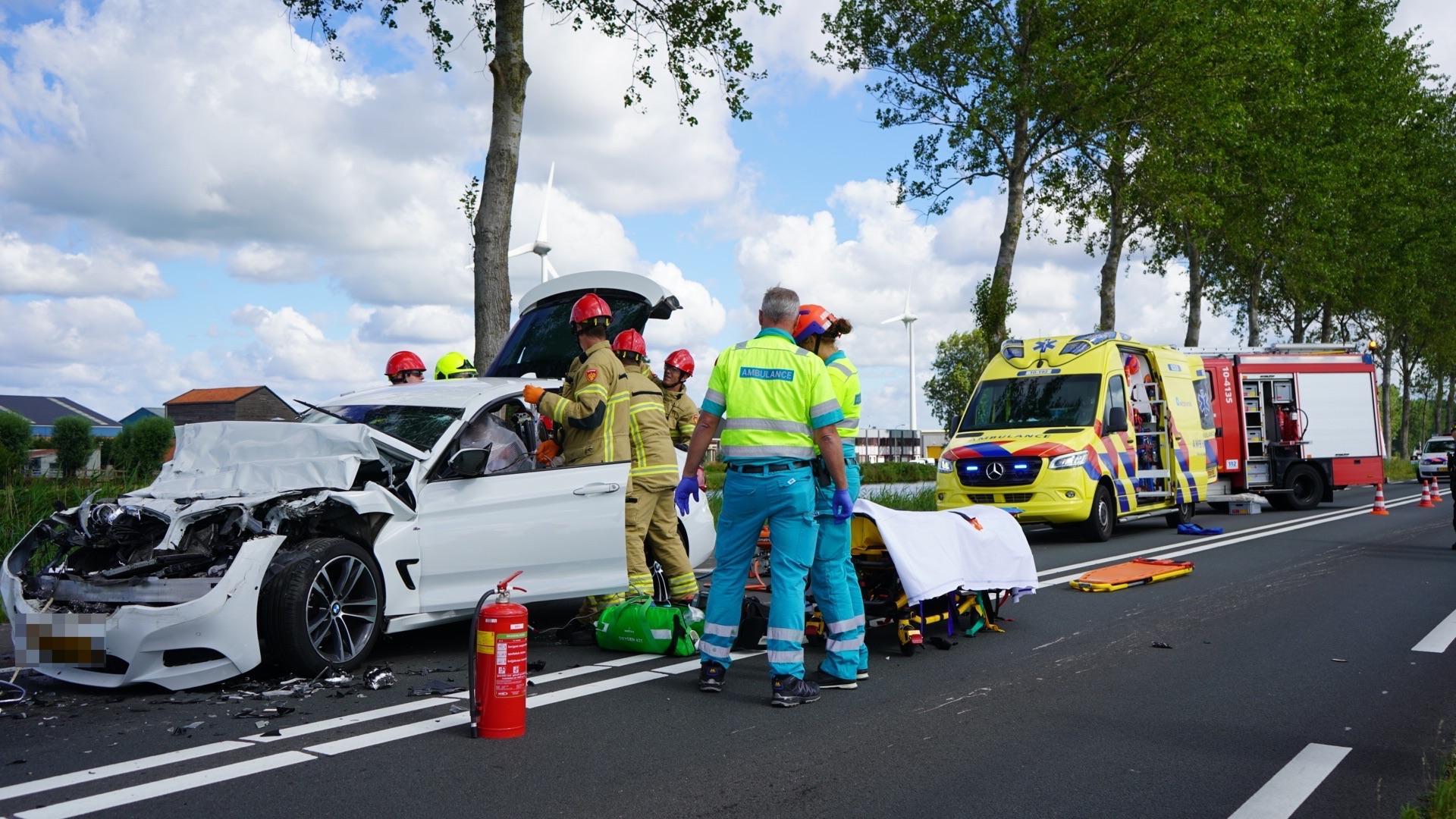 Automobilist door hulpdiensten uit auto bevrijd na botsing met vrachtwagen in Zuidschermer [video]