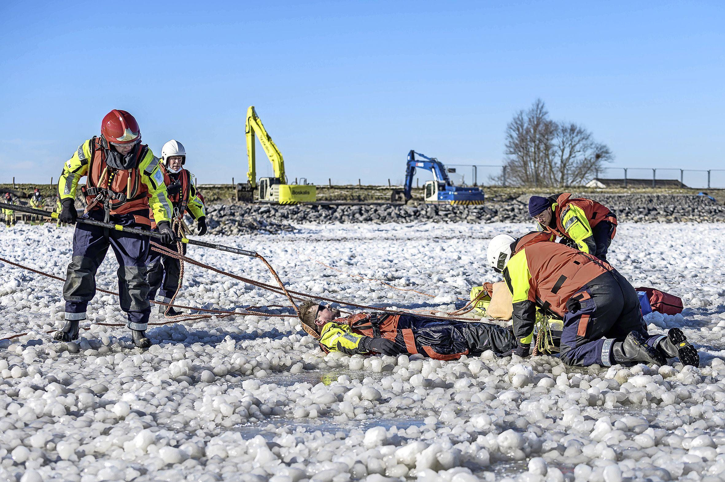 Helden van het water oefenen op het ijs bij Warder; reddingswerkers halen 'slachtoffers' uit wakken