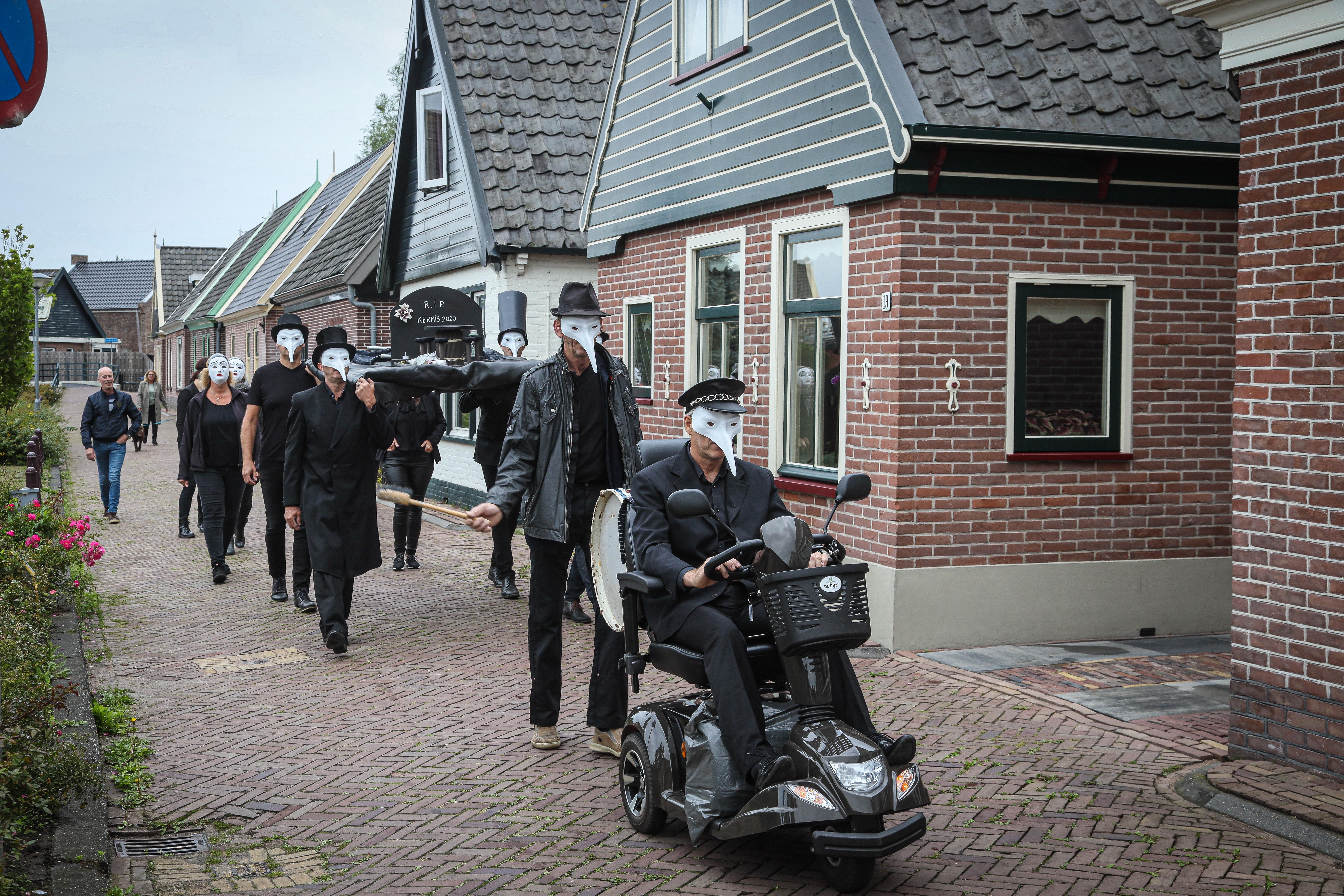 Dodenmars klinkt door een doodstil dorp: Lutjebroek draagt kermis 2020 ten grave [video]