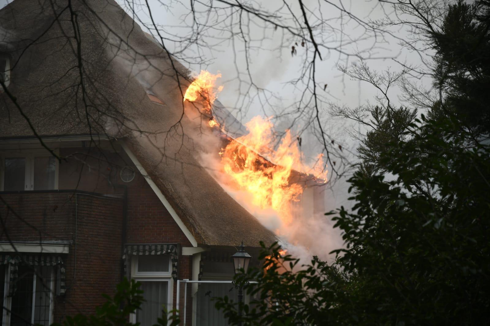 Vrijstaande villa in Bussum door brand verwoest, files op A1 door hevige rookontwikkeling [update]